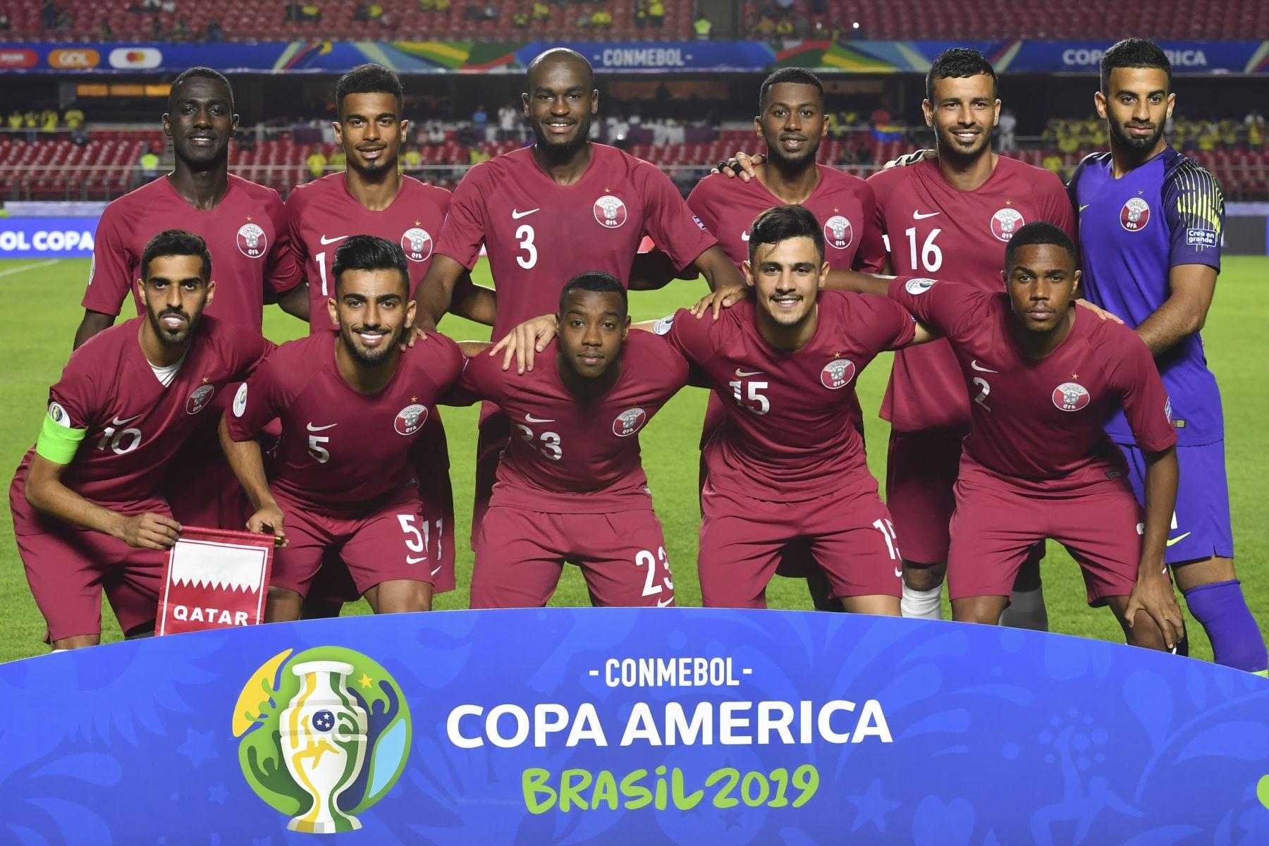 Los jugadores de Qatar posan para las fotos antes de su partido de torneo de fútbol de la Copa América contra Colombia en el estadio Cicero Pompeu de Toledo  en Sao Paulo, Brasil. Foto: AFP