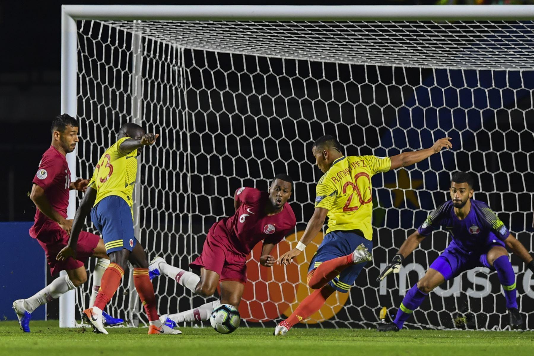 Roger Martínez (2-R) de Colombia golpea el balón mientras el portero de Qatar Saad Sheeb (R) observa durante su partido de torneo de fútbol de la Copa América en el estadio Cicero Pompeu de Toledo  en Sao Paulo, Brasil. Foto: AFP