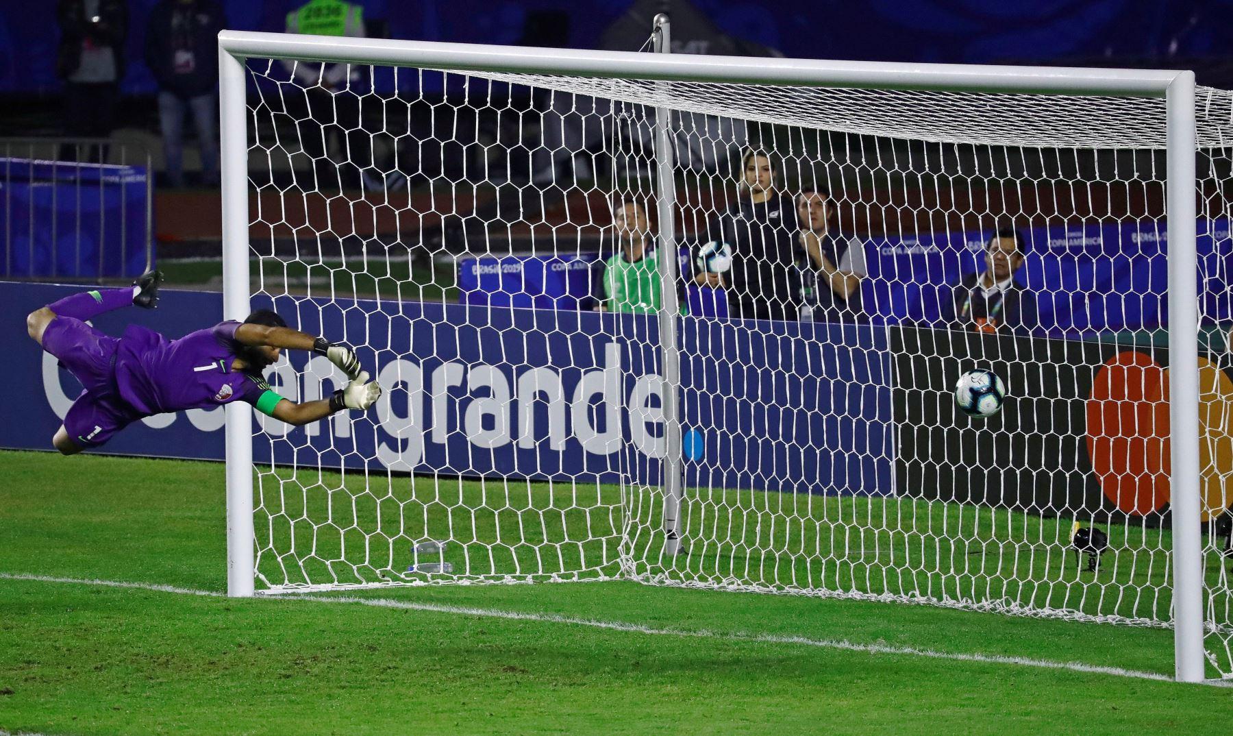 El arquero de Catar Saad Alsheeb recibe un gol durante el partido Colombia-Catar del Grupo B de la Copa América de Fútbol 2019. Foto: AFP