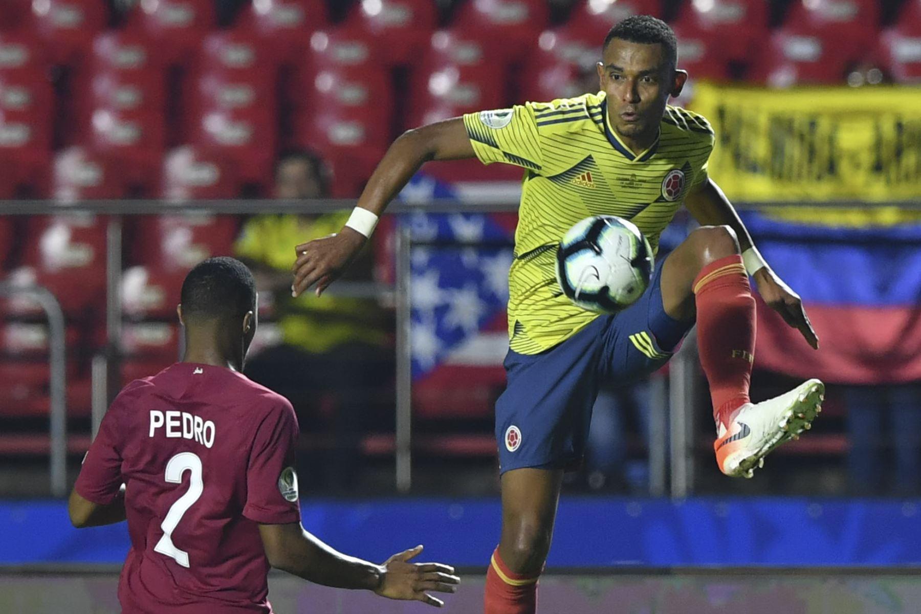 William Tesillo (R) de Colombia está marcado por Pedro Correira de Qatar durante su partido de torneo de fútbol de la Copa América. Foto: AFP