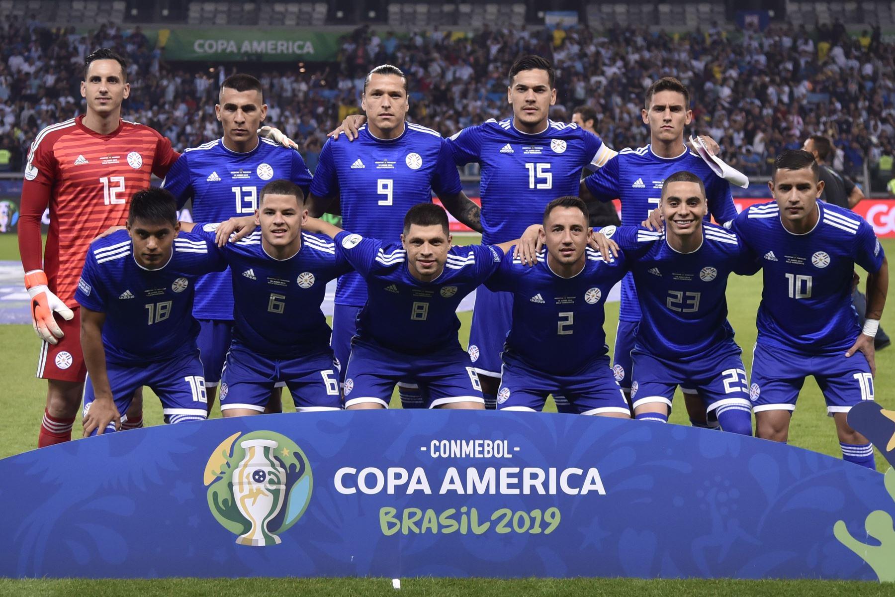 Los jugadores de Paraguay posan para las fotos antes de su partido de torneo de fútbol de la Copa América contra Argentina en el estadio Mineirao en Belo Horizonte, Brasil. Foto: AFP
