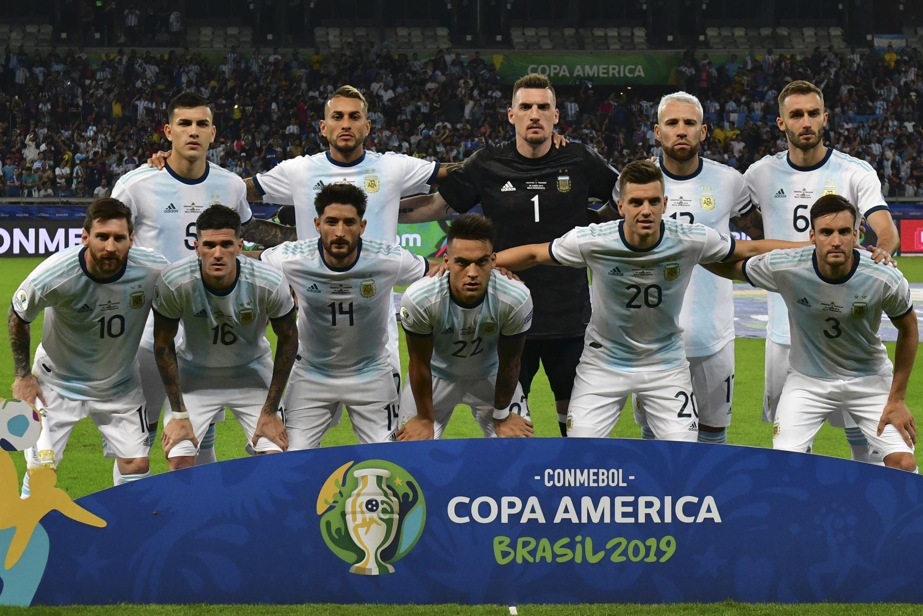 Los jugadores de Argentina posan para las fotos antes de su partido de torneo de fútbol de la Copa América contra Paraguay en el Estadio Mineirao en Belo Horizonte, Brasil. Foto: AFP