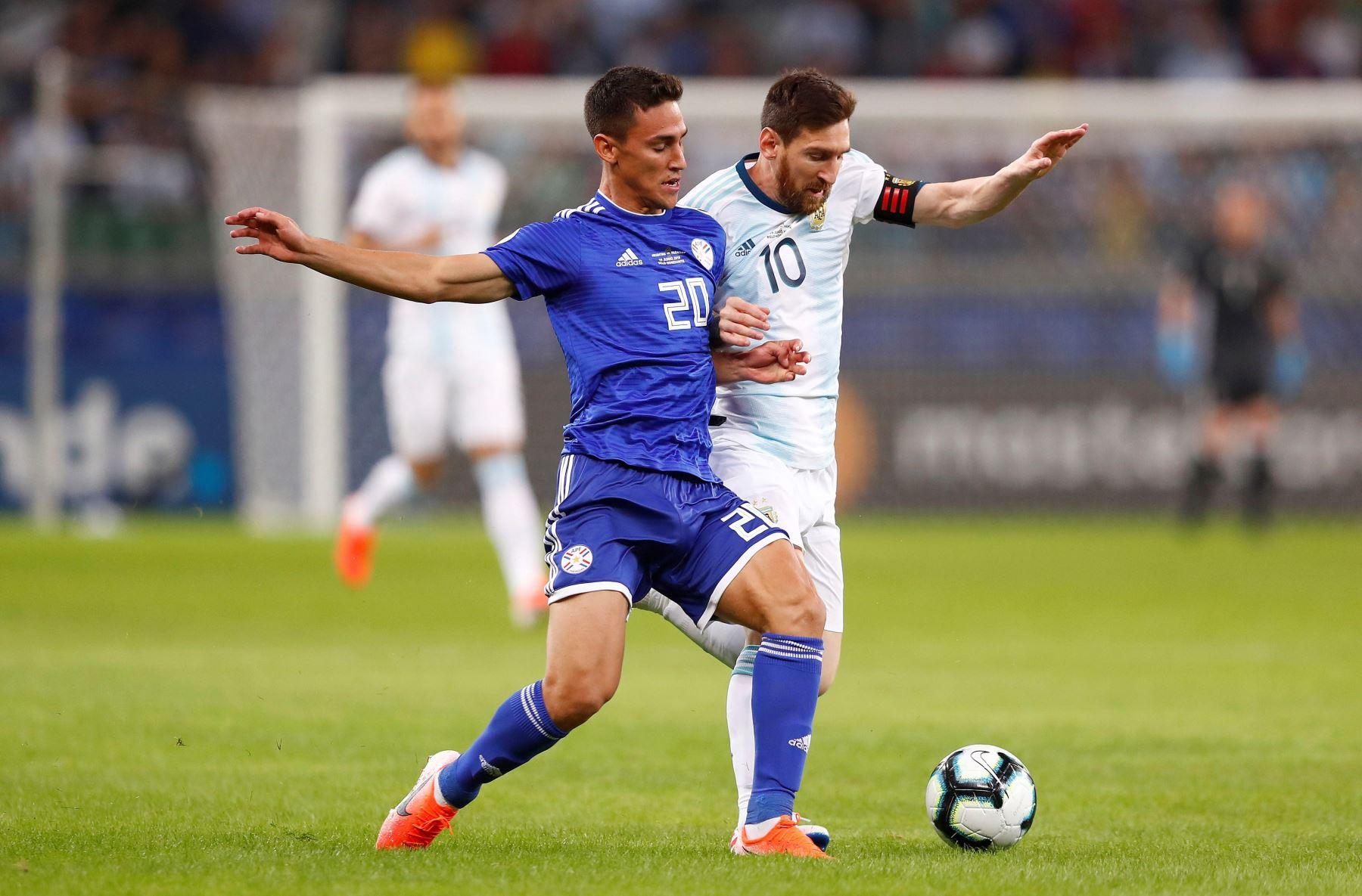 El jugador de Argentina Lionel Messi (d) disputa el balón con Matías Rojas de Paraguay durante el partido Argentina-Paraguay del Grupo B de la Copa América de Fútbol 2019. Foto: AFP