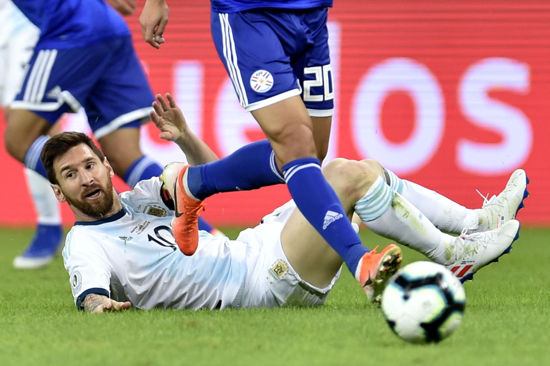 Lionel Messi, de Argentina, se encuentra en el suelo durante el partido del torneo de fútbol de la Copa América contra Paraguay en el estadio Mineirao en Belo Horizonte, Brasil. Foto: AFP