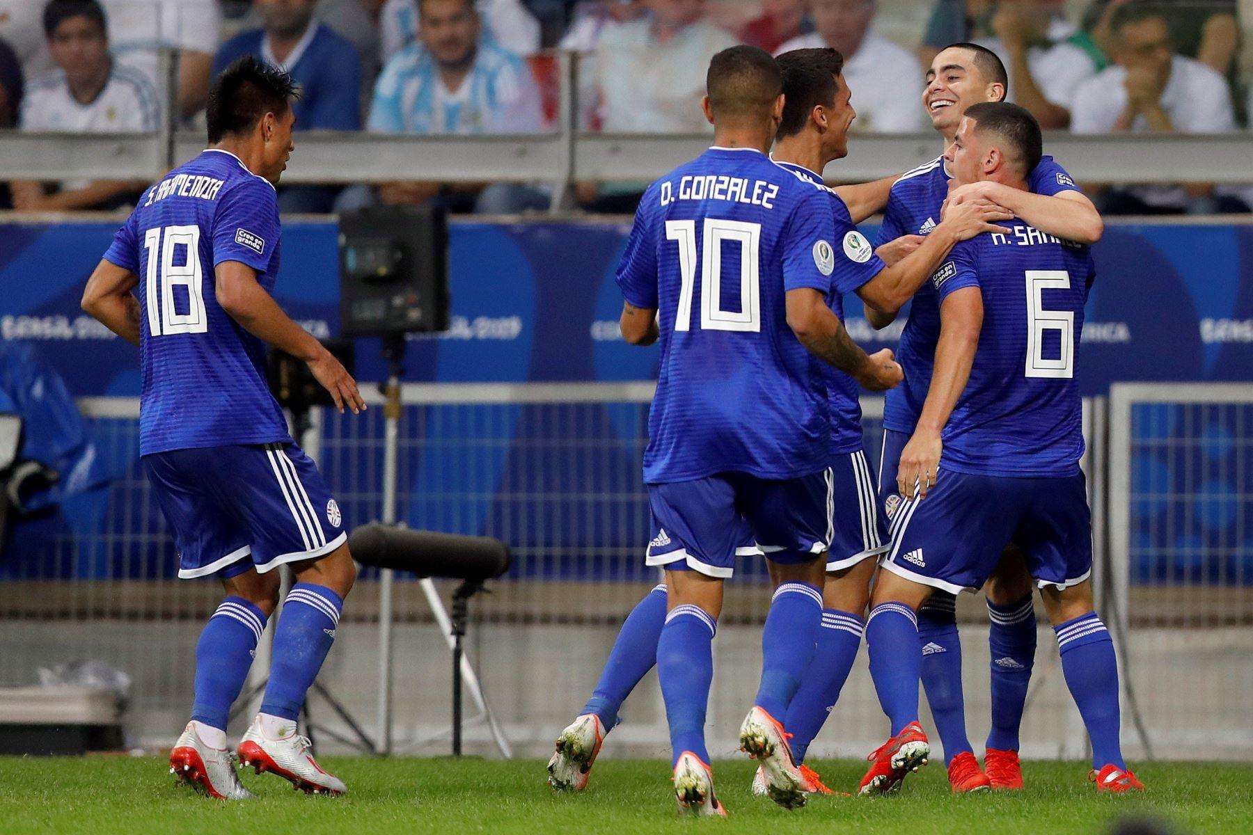 Jugadores de Paraguay celebran un gol durante el partido Argentina-Paraguay del Grupo B de la Copa América de Fútbol 2019, en el Estadio Mineirão de Bello Horizonte, Brasil. Foto: AFP