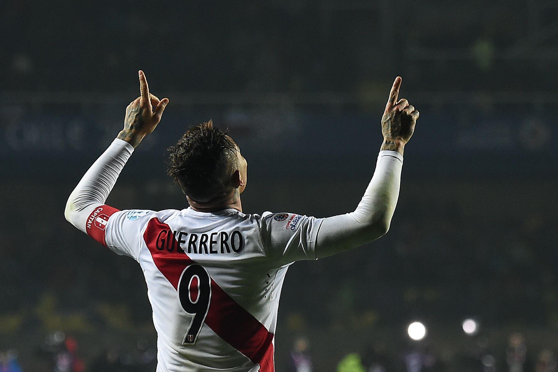 El delantero del Perú, Paolo Guerrero, celebra después de marcar contra Paraguay durante el tercer partido de fútbol de la Copa América en Concepción, Chile, el 3 de julio de 2015.  Foto: AFP