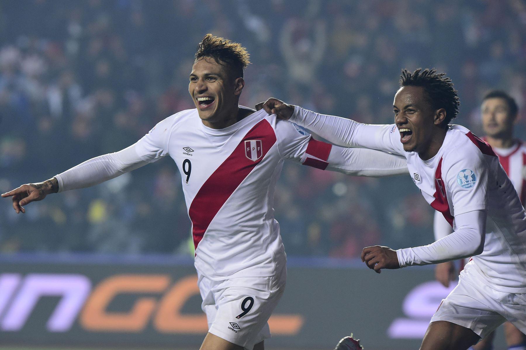 El delantero del Perú Paolo Guerrero (L) celebra con su compañero Andre Carrillo (R) luego de marcar ante Paraguay durante el tercer partido de fútbol de la Copa América en Concepción, Chile el 3 de julio de 2015.  Foto: AFP