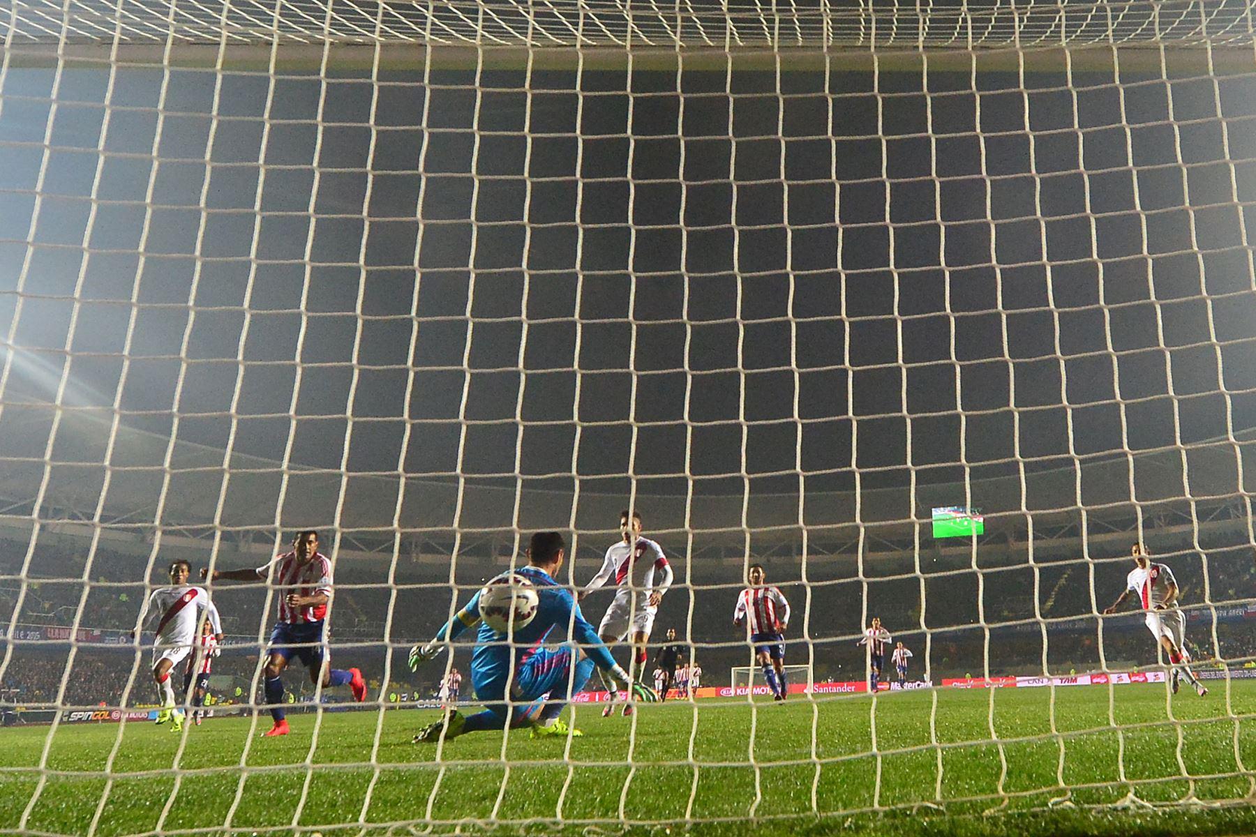 El delantero del Perú, Paolo Guerrero (C-R), supera al portero de Paraguay, Justo Villar, durante su tercer partido de fútbol de la Copa América en Concepción, Chile, el 3 de julio de 2015. Perú ganó 2-0.  Foto: AFP