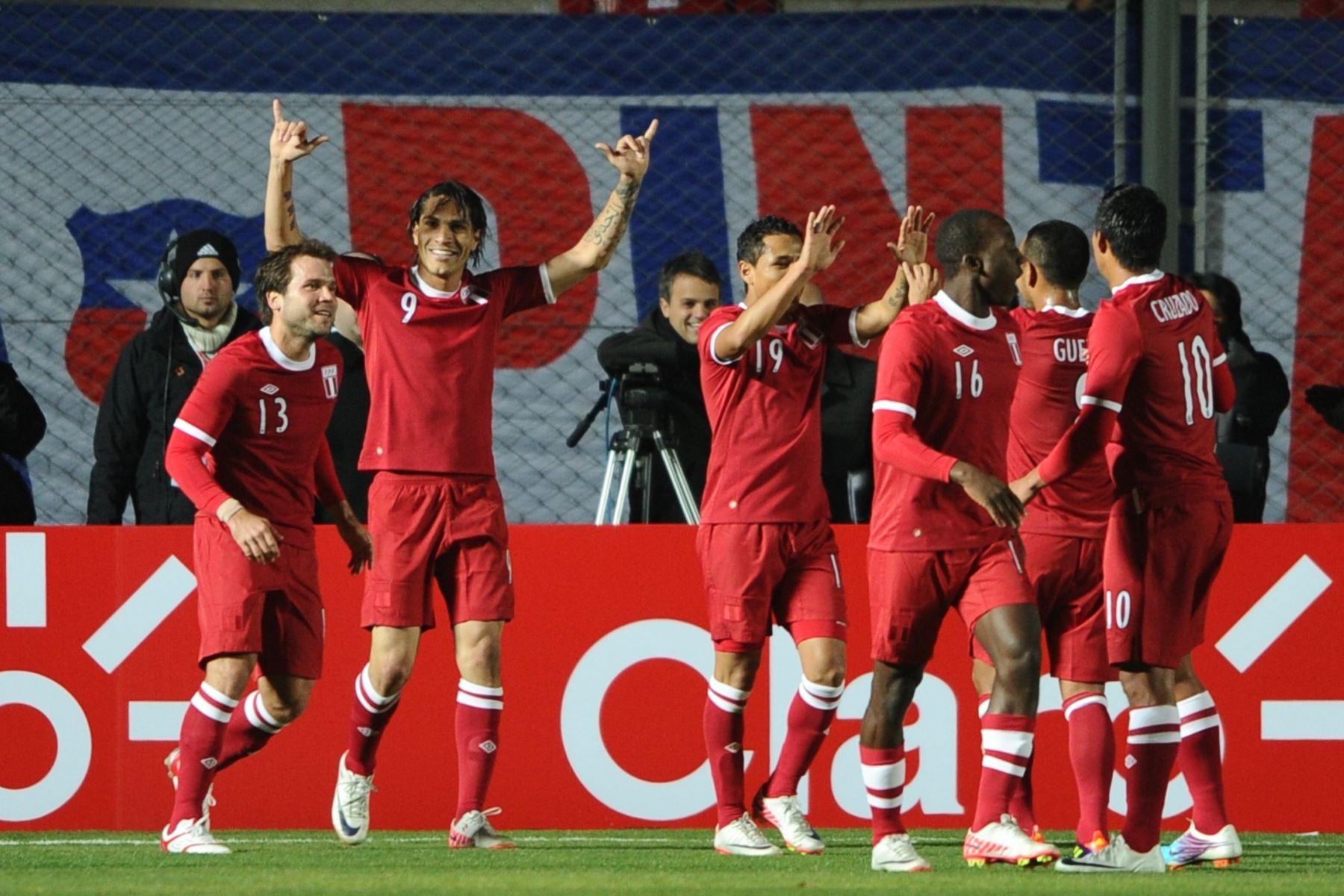Los jugadores peruanos celebran después de que su compañero Paolo Guerrero (2-L) abrió el marcador contra Uruguay durante su partido de fútbol de primera ronda de la Copa América Grupo C 2011, en el estadio Estadio del Bicentenario en San Juan, 1126 Km al oeste de Buenos Aires, el 4 de julio. 2011. Foto: AFP