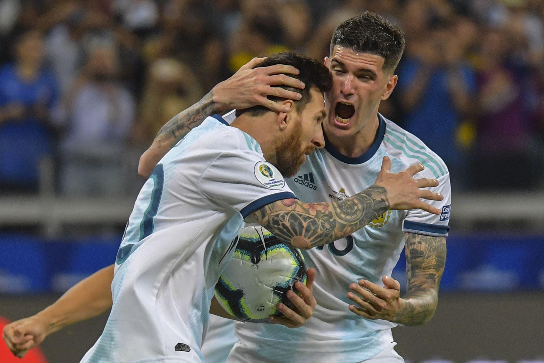 El argentino Lionel Messi (L) celebra con su compañero de equipo Rodrigo De Paul luego de anotar un penal contra Paraguay que fue otorgado por el VAR después de una mano en el área durante su partido de torneo de fútbol de la Copa América en el estadio Mineirao en Belo Horizonte, Brasil. Foto :AFP