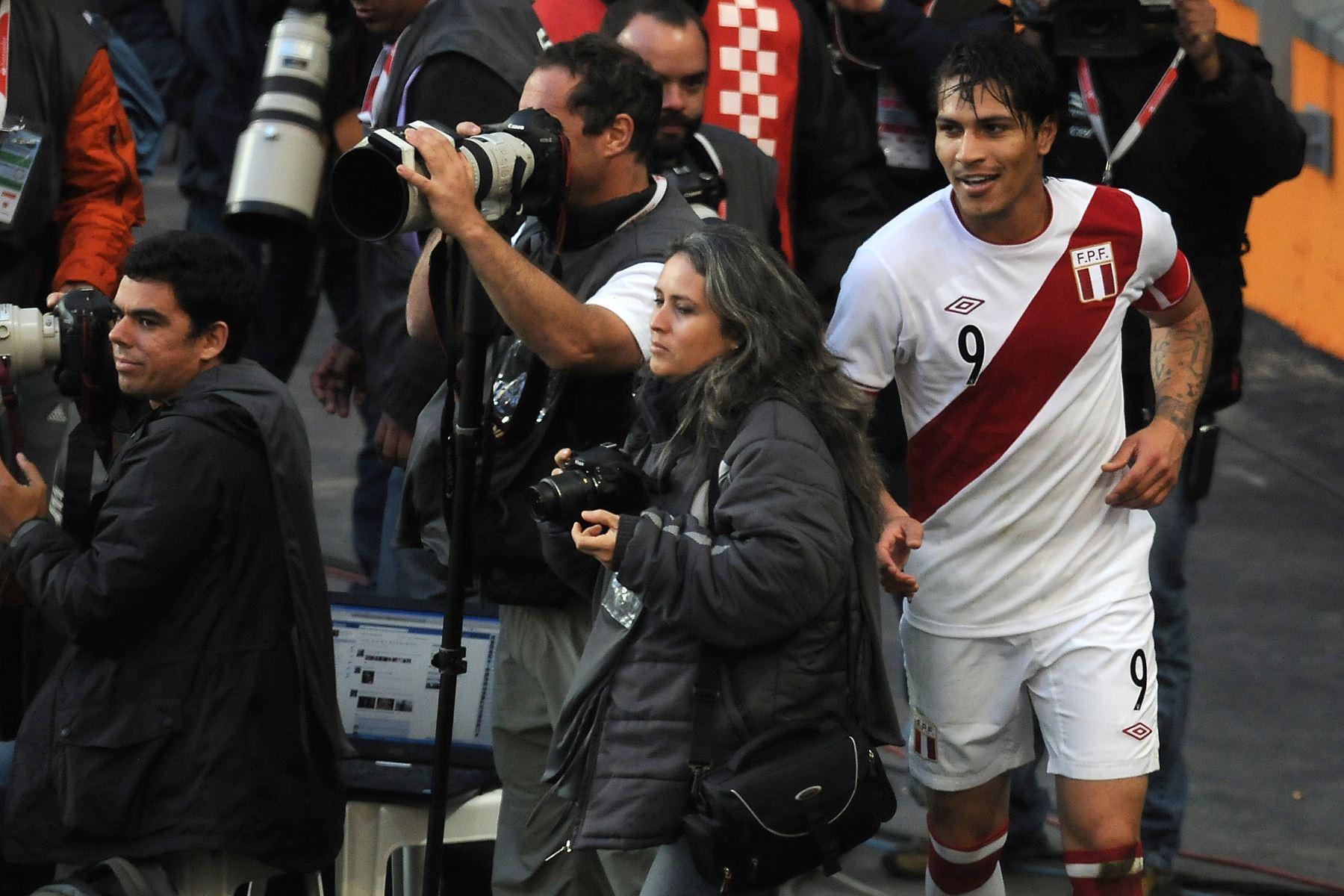 El delantero peruano Paolo Guerrero regresa al campo luego de anotar el segundo gol de su equipo durante el partido por el tercer lugar del torneo de fútbol de la Copa América 2011 celebrado en el estadio Ciudad de La Plata en La Plata, a 59 km al sur de Buenos Aires, en julio del 2011.  Foto: AFP