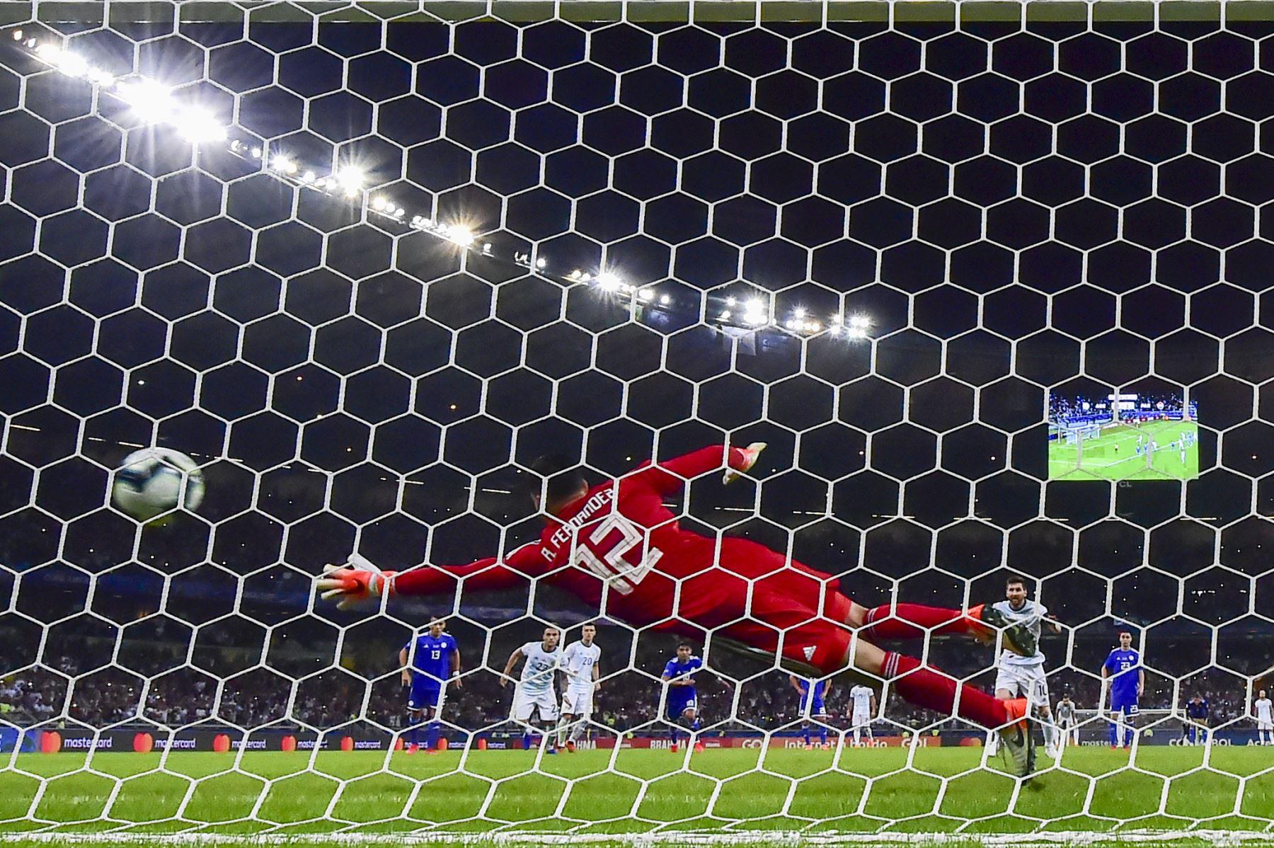 Lionel Messi (R) de Argentina celebra después de anotar una penalización otorgada por el VAR después de una mano en el área, para anotar contra Paraguay durante su partido de torneo de fútbol de Copa América en el Estadio Mineirao en Belo Horizonte, Brasil. Foto: AFP