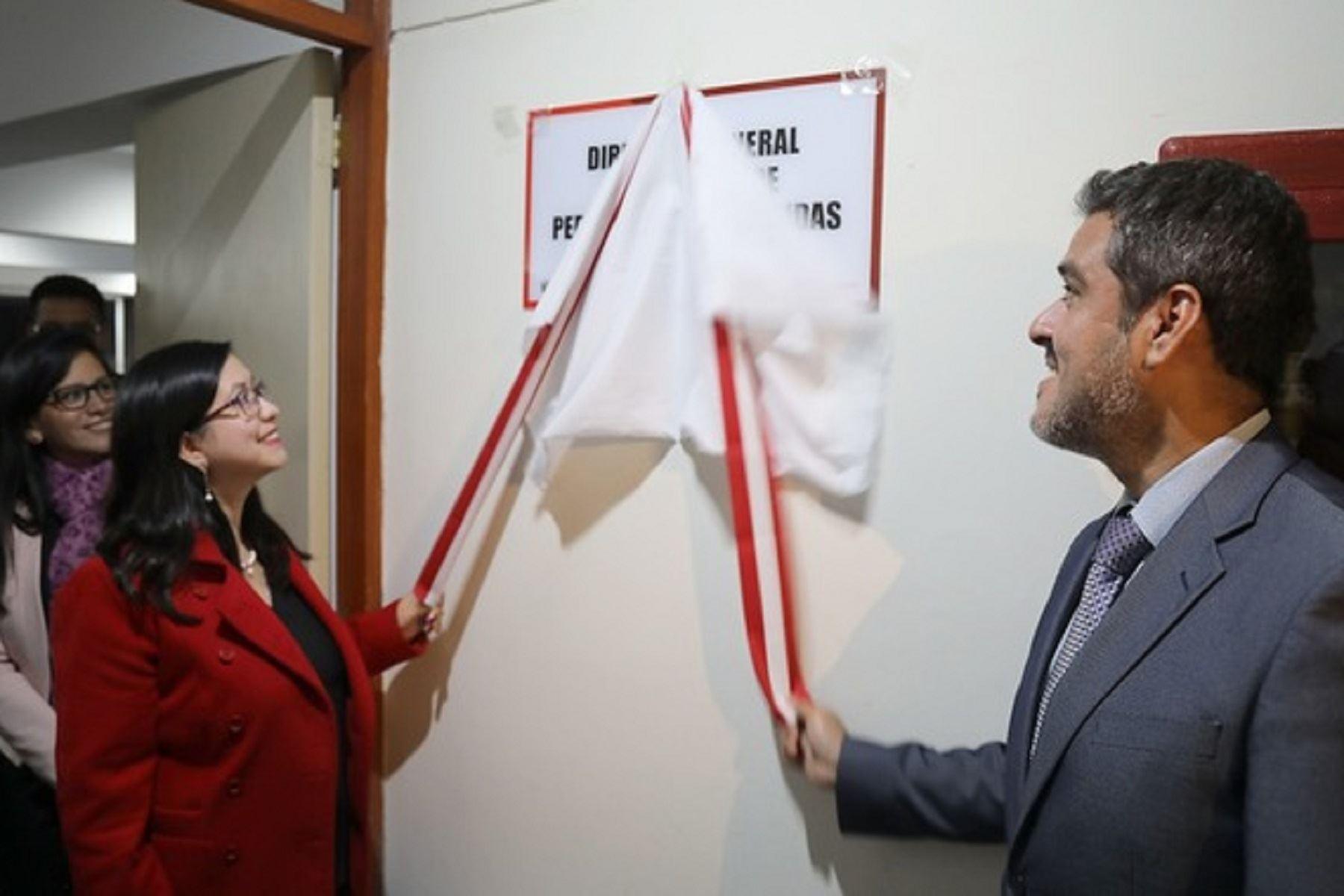 Viceministro de Justicia, Daniel Sánchez y la directora de la Dirección General de Búsqueda de Personas Desaparecidas, Mónica Barriga. Foto: Difusión.