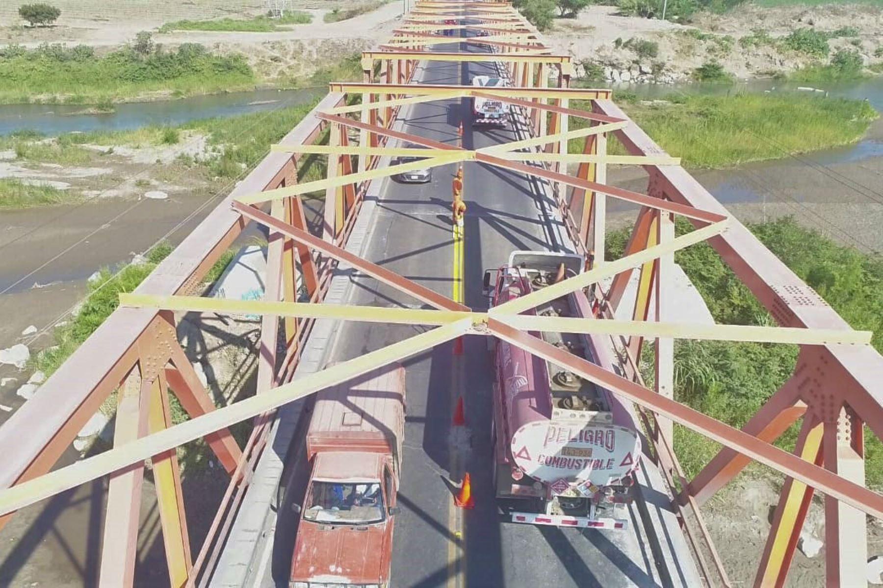 Concluyen trabajos de mantenimiento en el puente Reque, en Lambayeque, y reanudan el pase vehicular. ANDINA/Difusión