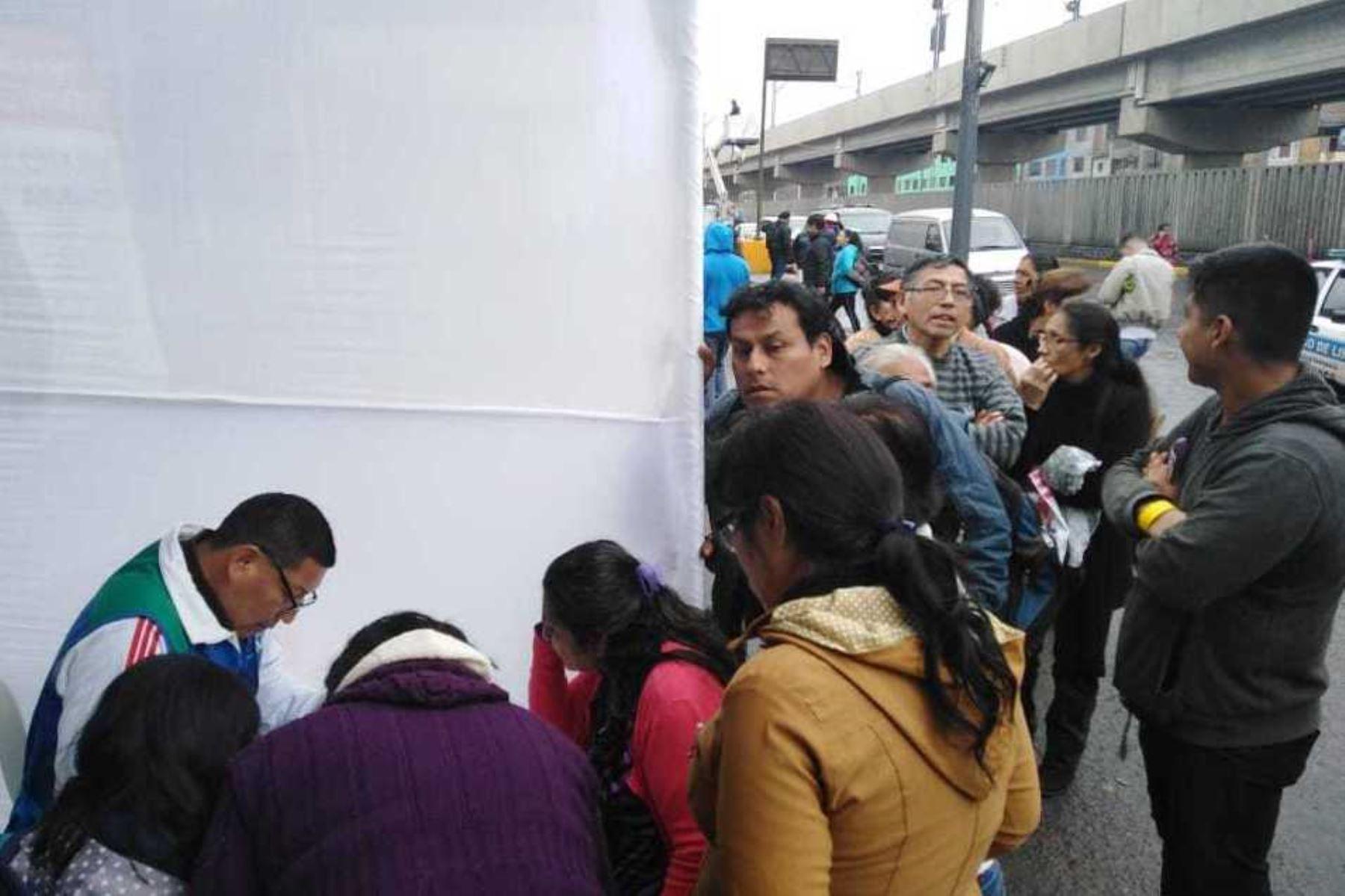 Comerciantes informales de av. Aviación se empadronan para acceder a los 2,400 puestos que están en alquiler en el Cercado de Lima. Foto: ANDINA/Difusión.
