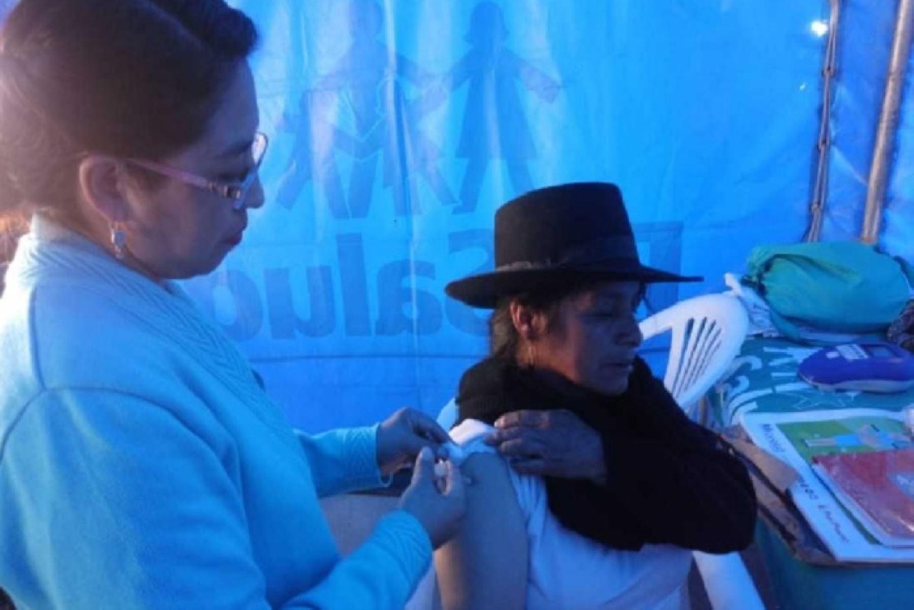 El Seguro Social de Salud (EsSalud) instaló el Hospital Perú en Huamanga, región Ayacucho, donde personal de salud vacuna a niños menores de cinco años para prevenirlos contra la influenza, rubeola, polio y sarampión.