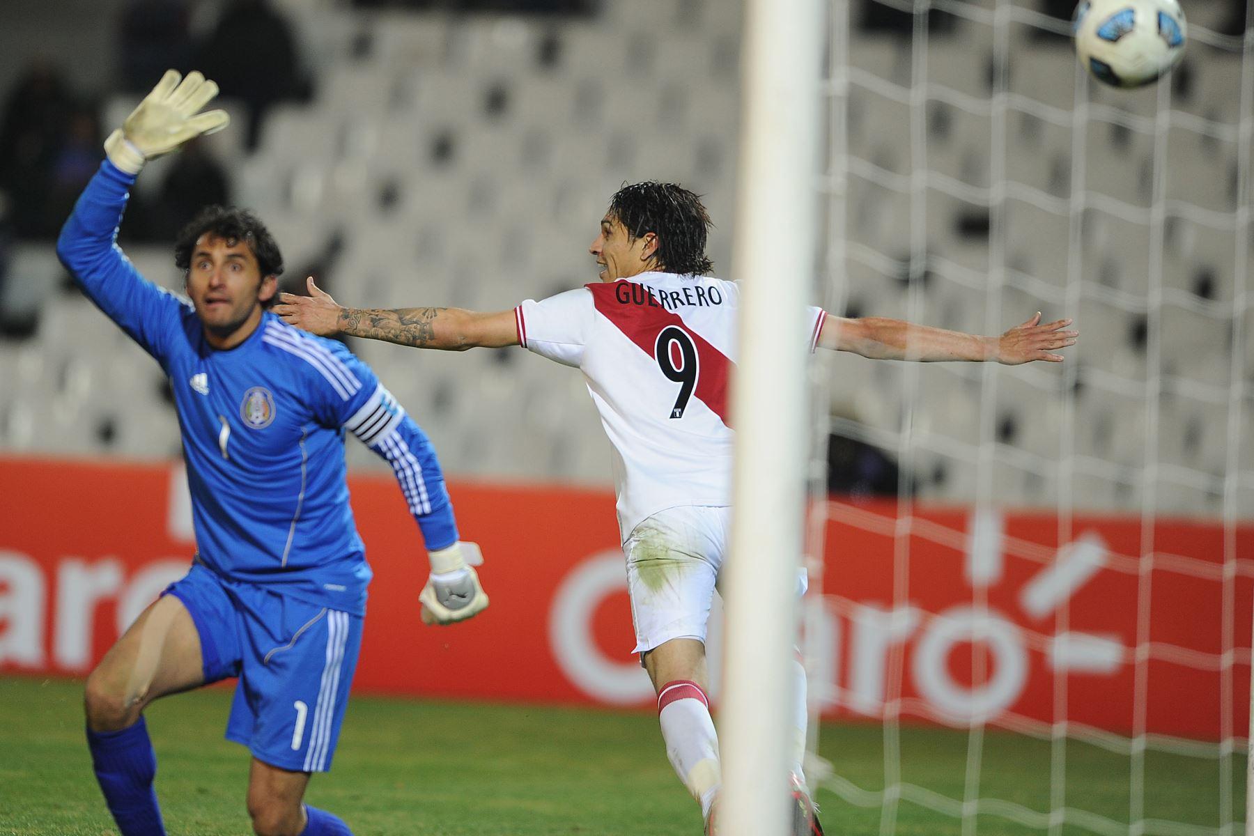 Paolo Guerrero anota contra el portero mexicano Luis Michel durante su primer partido de fútbol de la Copa América Grupo C, en el estadio Malvinas Argentina el 8 de julio de 2011. Perú ganó 1 -0.Foto: AFP