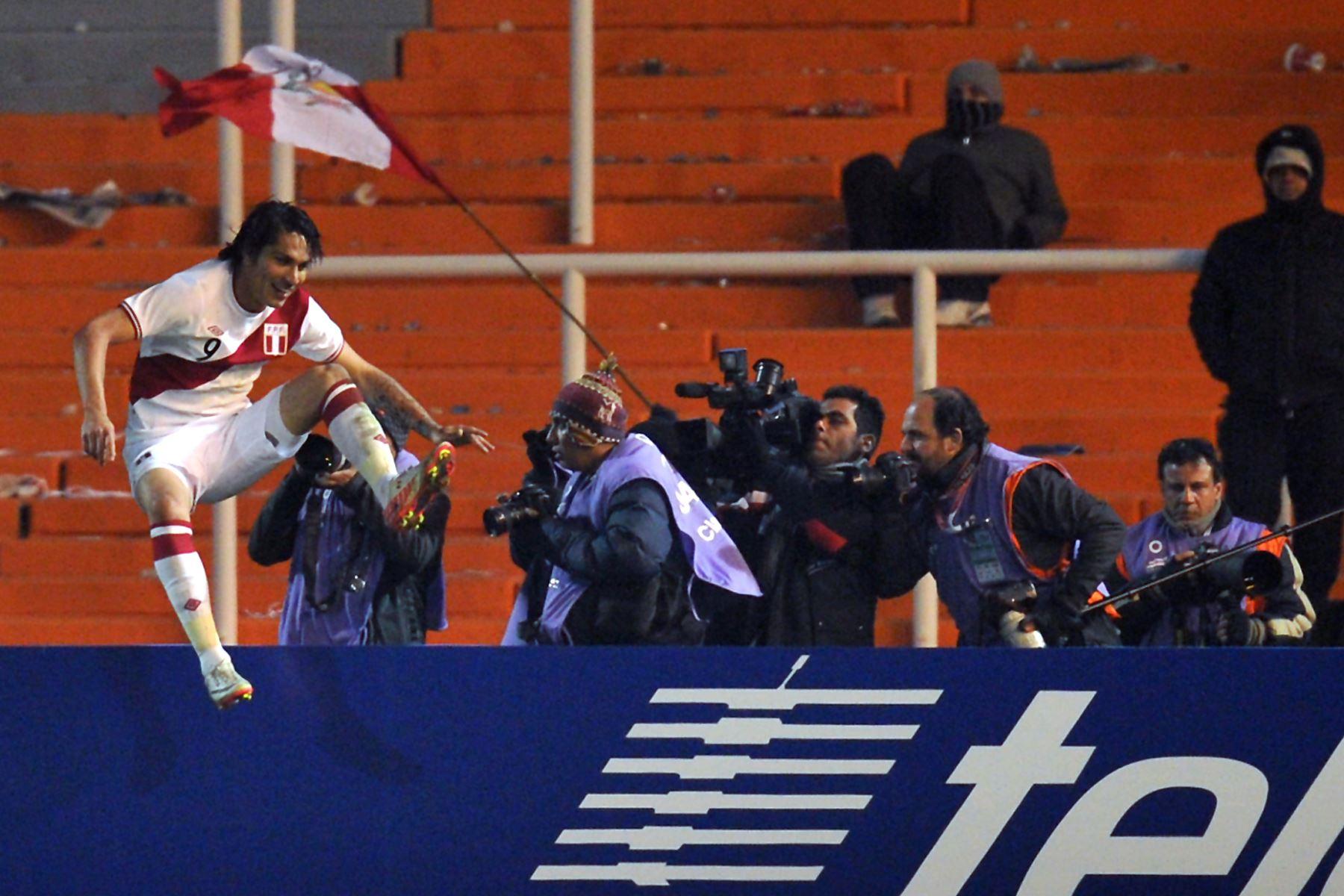 El delantero peruano Paolo Guerrero celebra después de marcar contra México durante un partido de fútbol de primera ronda de la Copa América Grupo C 2011 celebrado en el estadio Malvinas  en Argentina. Foto:AFP