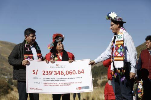 El presidente Vizcarra hace entrega del terreno y cheque del nuevo hospital regional Zacarías Correa, en la región de Huancavelica