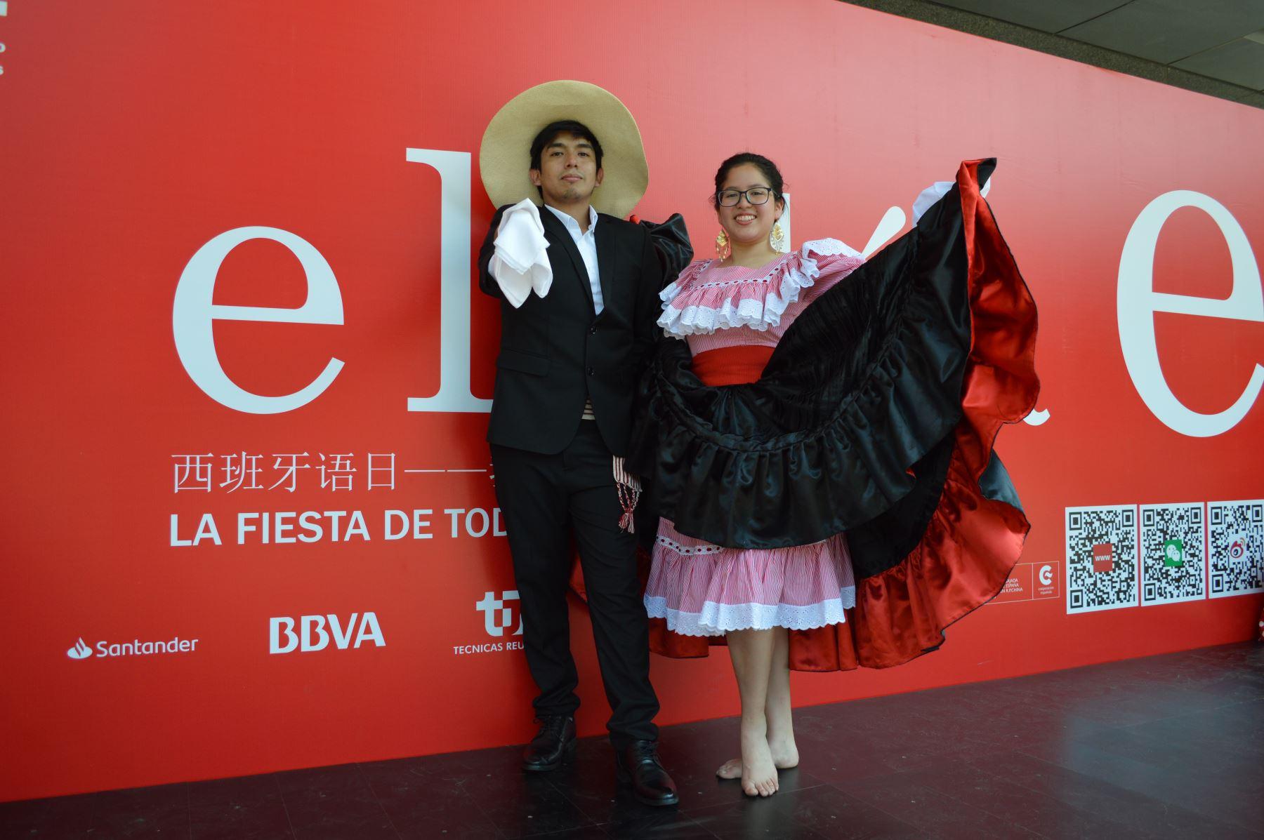 Marinera norteña representada por estudiantes peruanos becados en China. Foto: ANDINA/ Víctor Véliz.