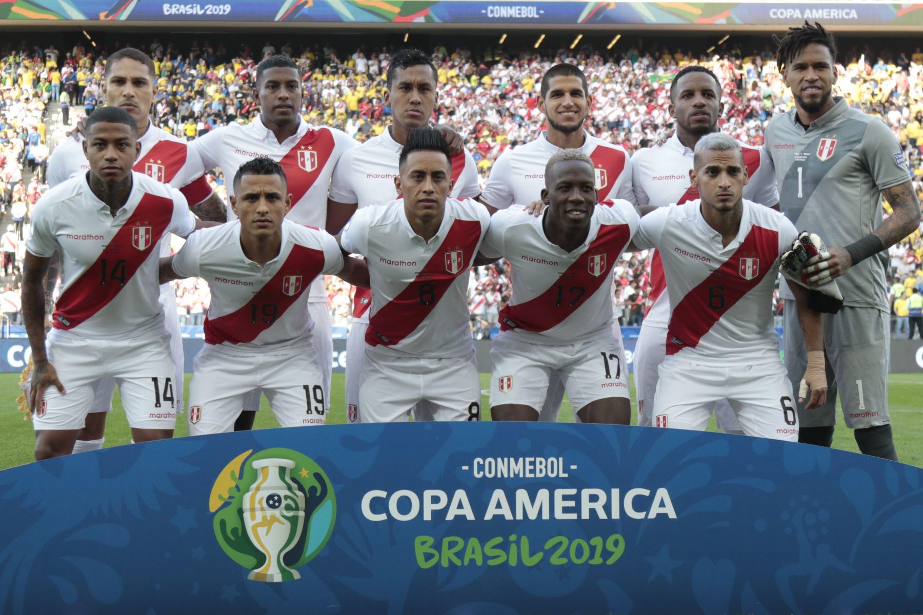 Los jugadores de Perú posan para las fotos antes de su partido de torneo de fútbol de la Copa América contra Brasil. Foto: AFP