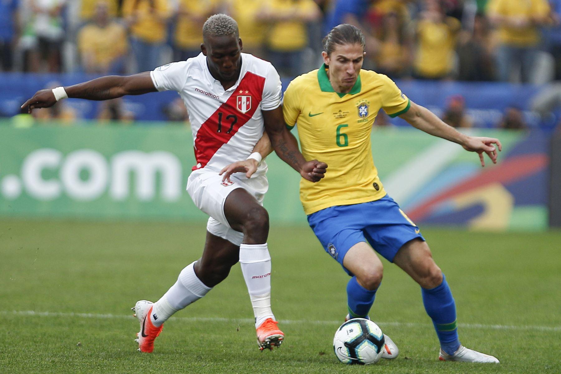 Luis Advincula (L) de Perú y Filipe Luis de Brasil compitieron por el balón durante su partido de torneo de fútbol de la Copa América. Foto: AFP