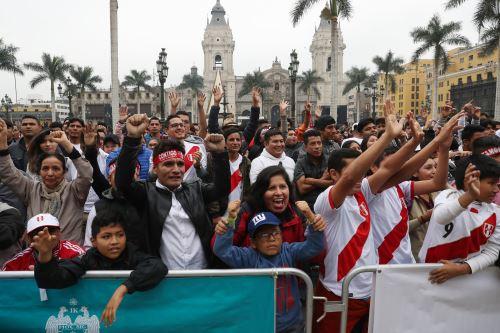 Hinchas peruanos alientan a la selección desde la Plaza Mayor