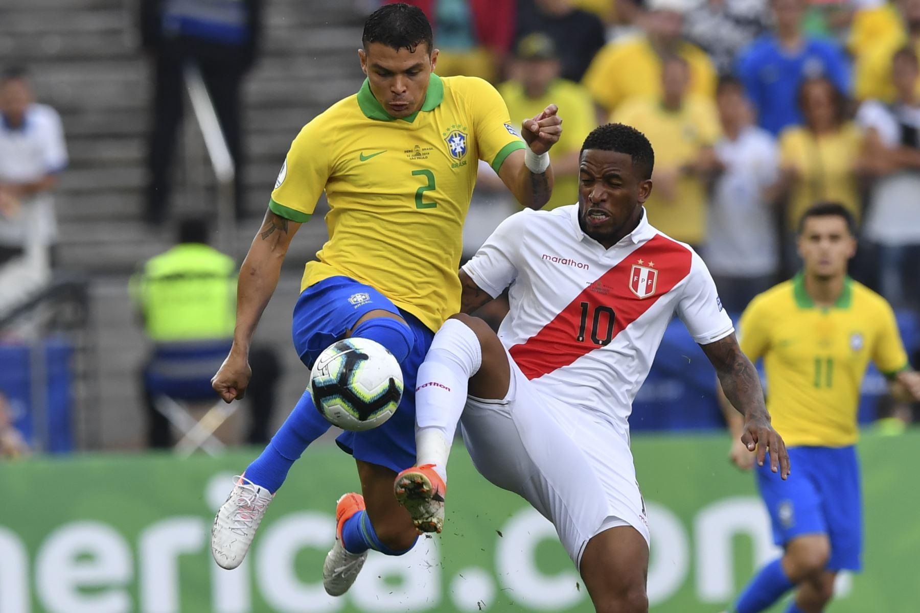 El brasileño Thiago Silva (L) y el peruano Jefferson Farfan compiten por el balón durante su partido de torneo de fútbol de la Copa América. Foto:AFP