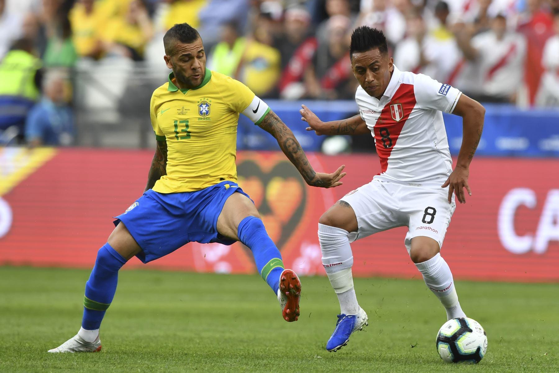 Dani Alves (L), de Brasil, marca a Christian Cueva de Perú durante su partido de torneo de fútbol de la Copa América. Foto:AFP