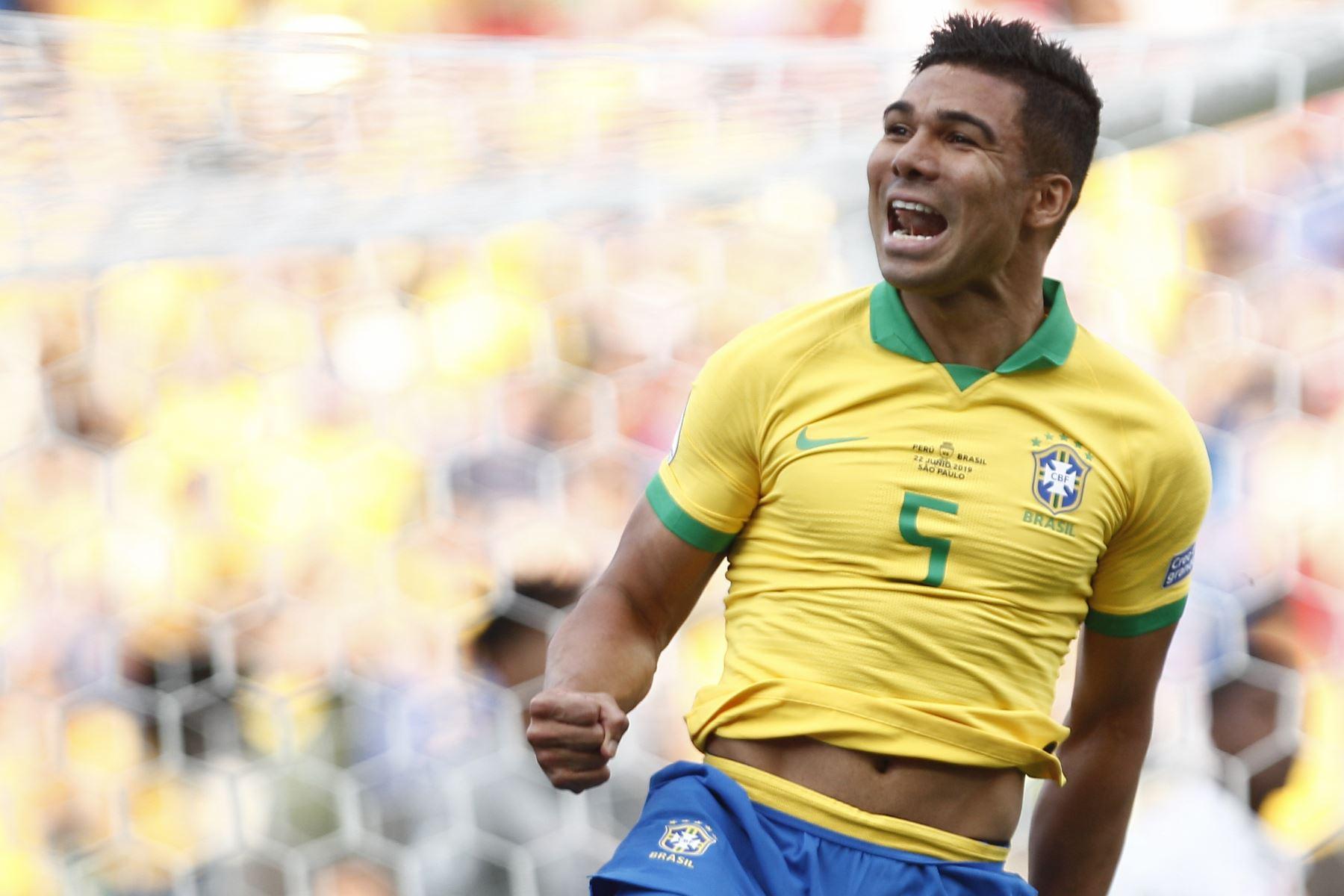 El Everton (R) de Brasil es seguido por su compañero Filipe Luis, luego de anotar el tercer gol del equipo contra Perú durante su partido de torneo de fútbol de la Copa América. Foto: AFP