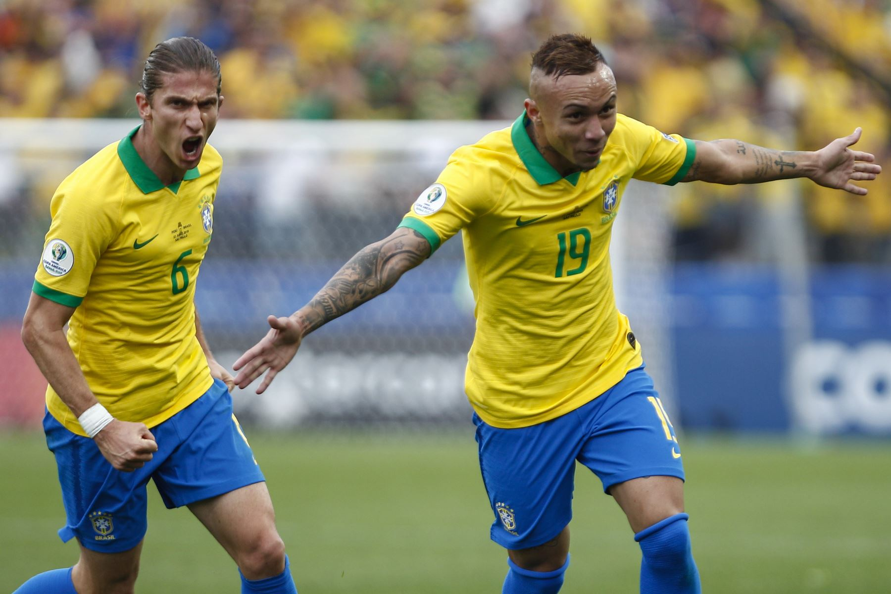 El Everton (R) de Brasil es seguido por su compañero Filipe Luis, luego, el segundo gol del equipo contra Perú durante el partido del torneo de fútbol de la Copa América. Foto: AFP