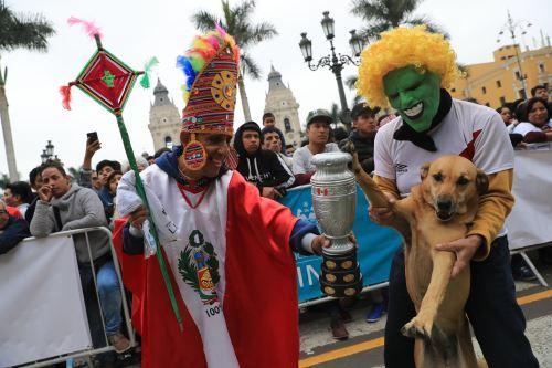 Cientos de hinchas se congregaron en la Plaza Mayor para ver el partido por copa América entre Perú y Brasil.