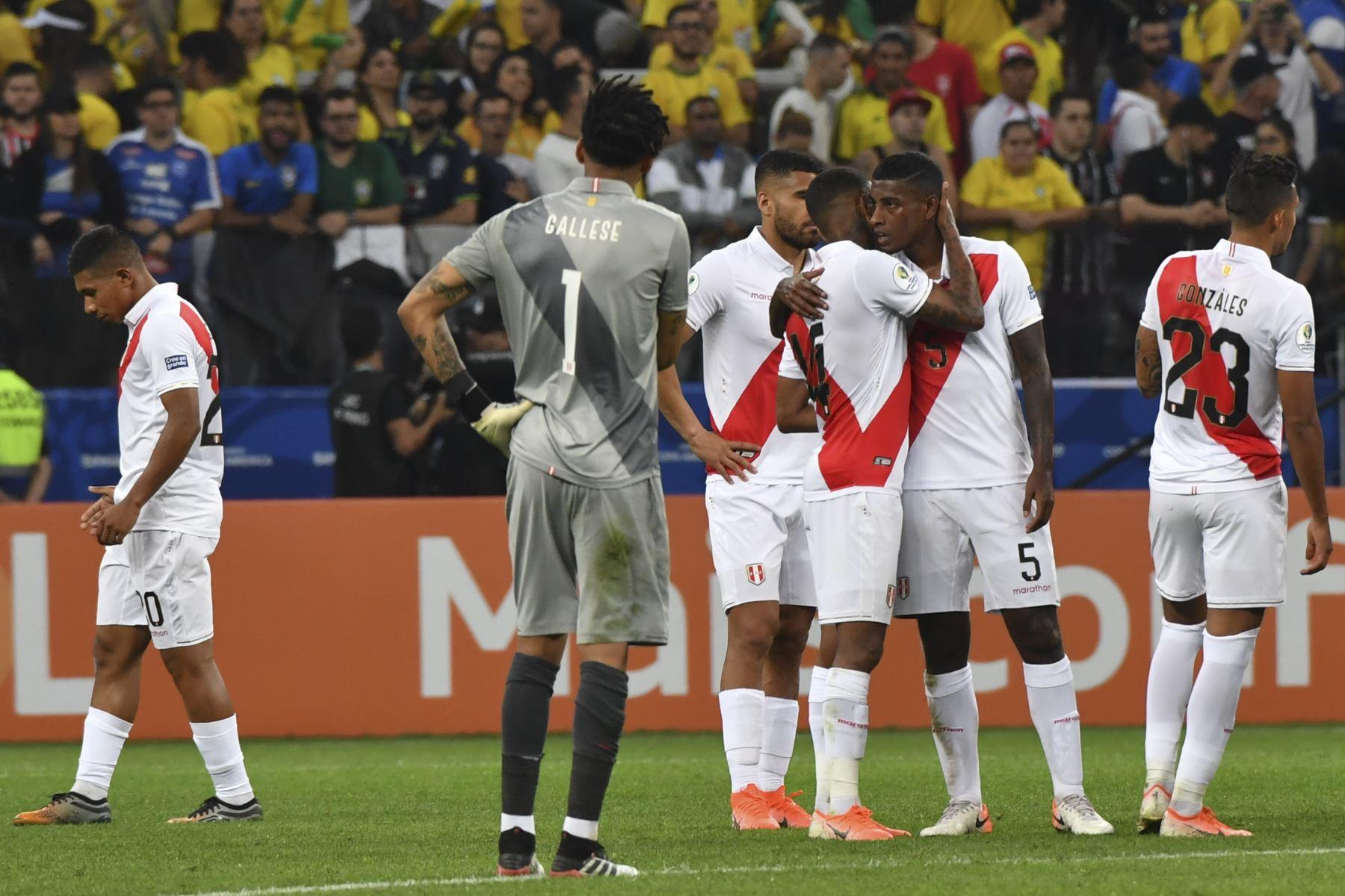 Los jugadores de Perú se saludan luego de perder 5-0 ante Brasil en un partido de torneo de fútbol de Copa América. Foto: AFP