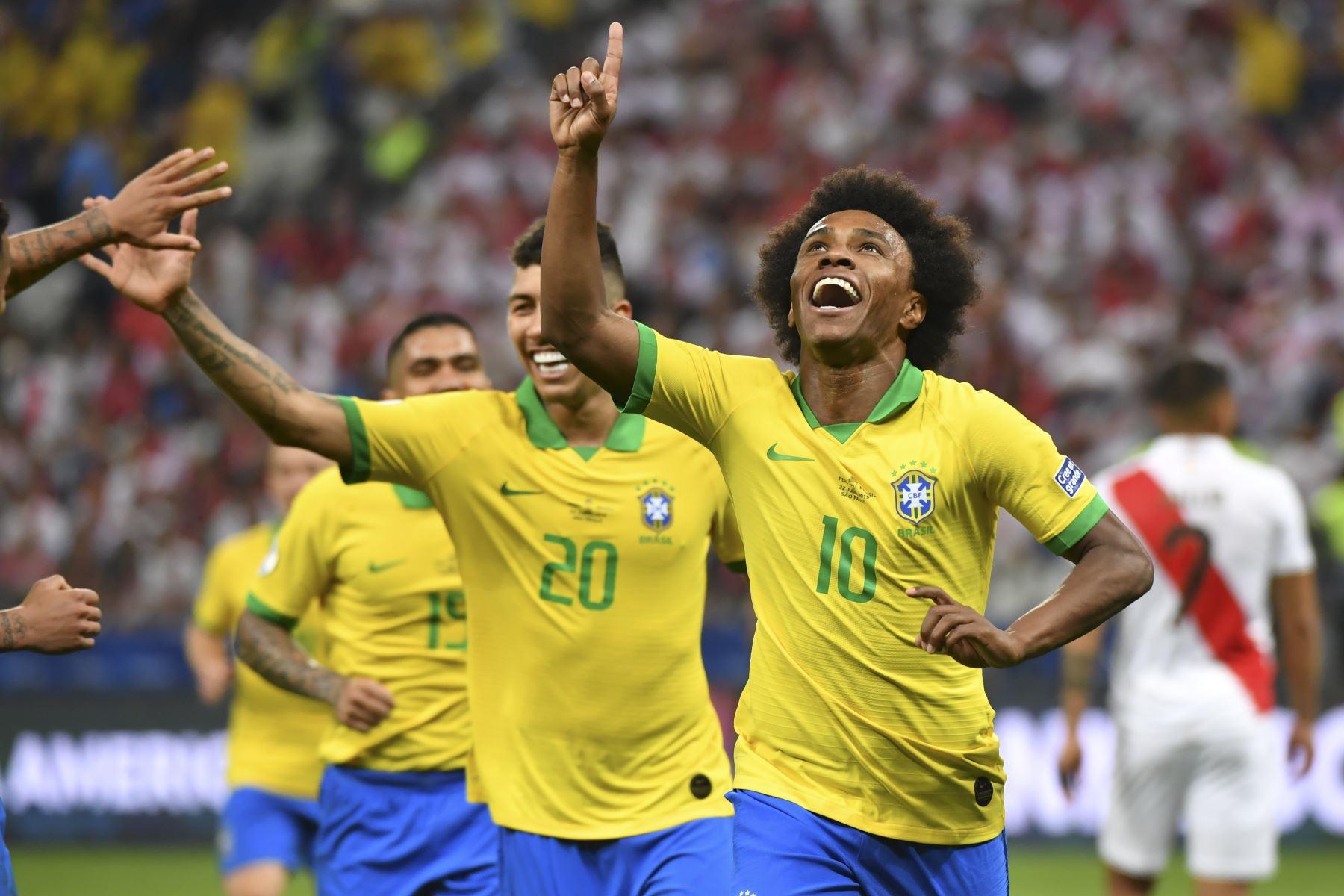 Willian (R) de Brasil celebra después de anotar contra Perú durante su partido de torneo de fútbol de la Copa América. Foto: AFP