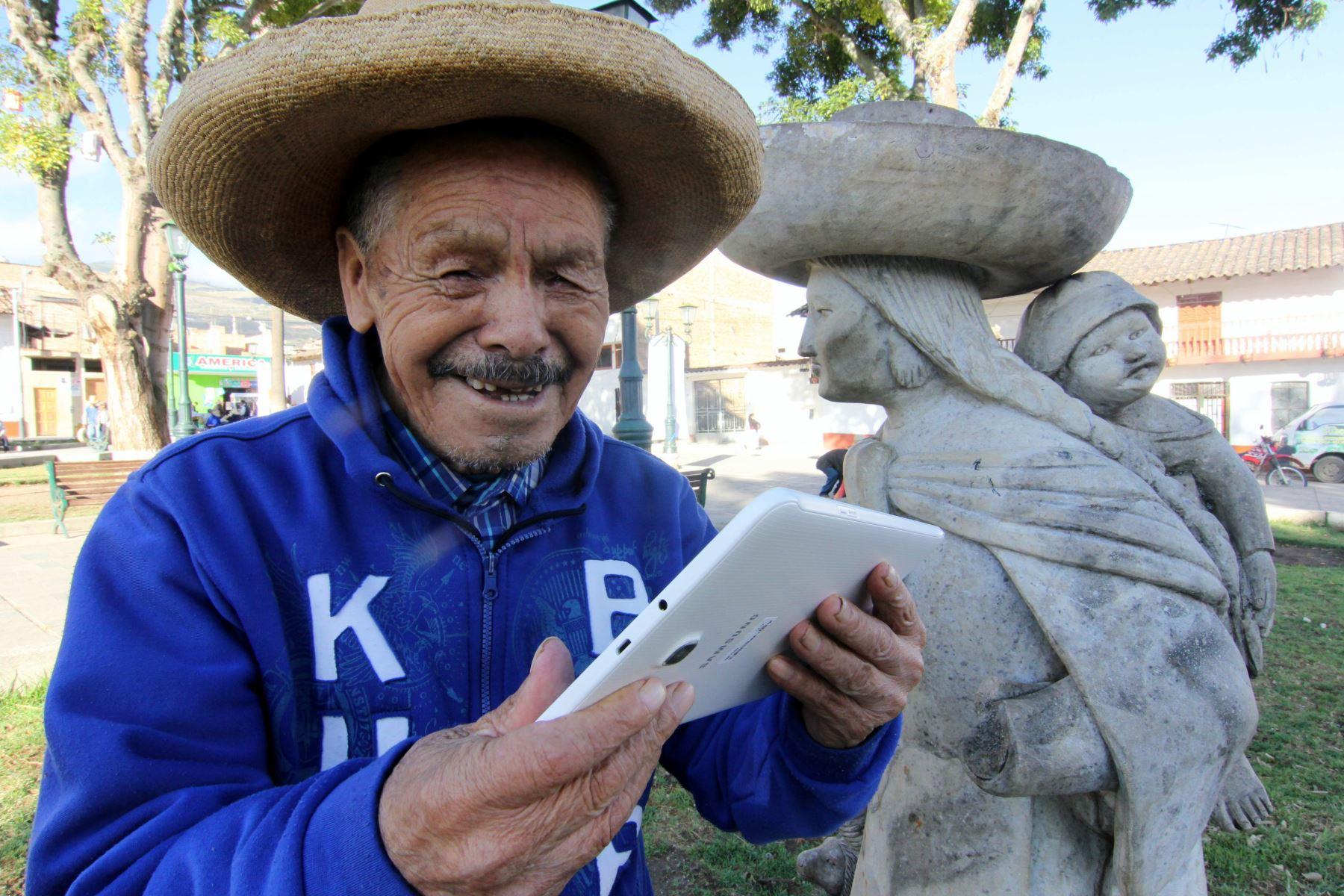 Sin el apoyo de profesores o supervisores, adultos mayores de Cajamarca aprenden a leer y escribir con la aplicación Dispurse Focus instalada en tabletas.