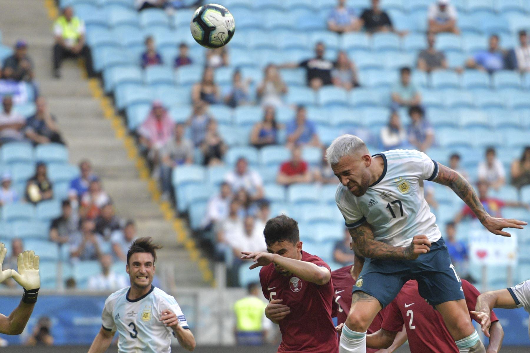 El argentino Nicolas Otamendi (R) encabeza el balón superado por Bassam Al-Rawi de Qatar durante su partido de torneo de fútbol de la Copa América en el Gremio Arena en Porto Alegre, Brasil. Foto:AFP