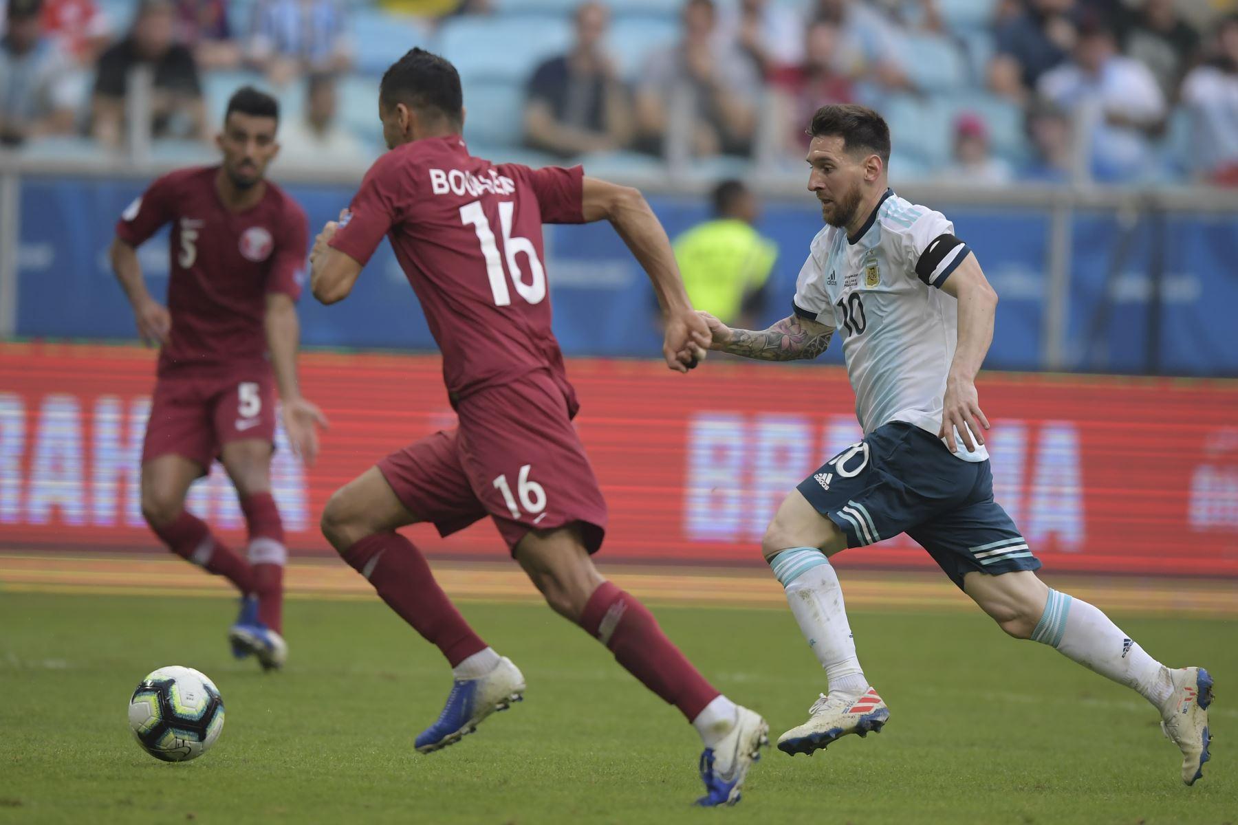 Lionel Messi (R) de Argentina y Boualem Khoukhi de Qatar compiten por el balón durante su partido de torneo de fútbol de la Copa América 2019. Foto: AFP