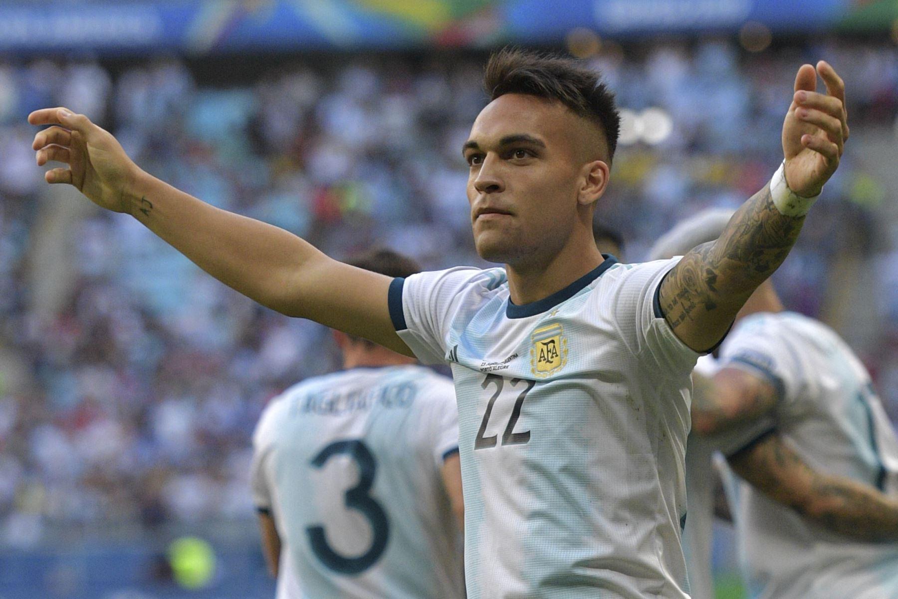 Lautaro Martínez, de Argentina, celebra después de marcar contra Qatar durante su partido de torneo de fútbol de la Copa América 2019. Foto: AFP