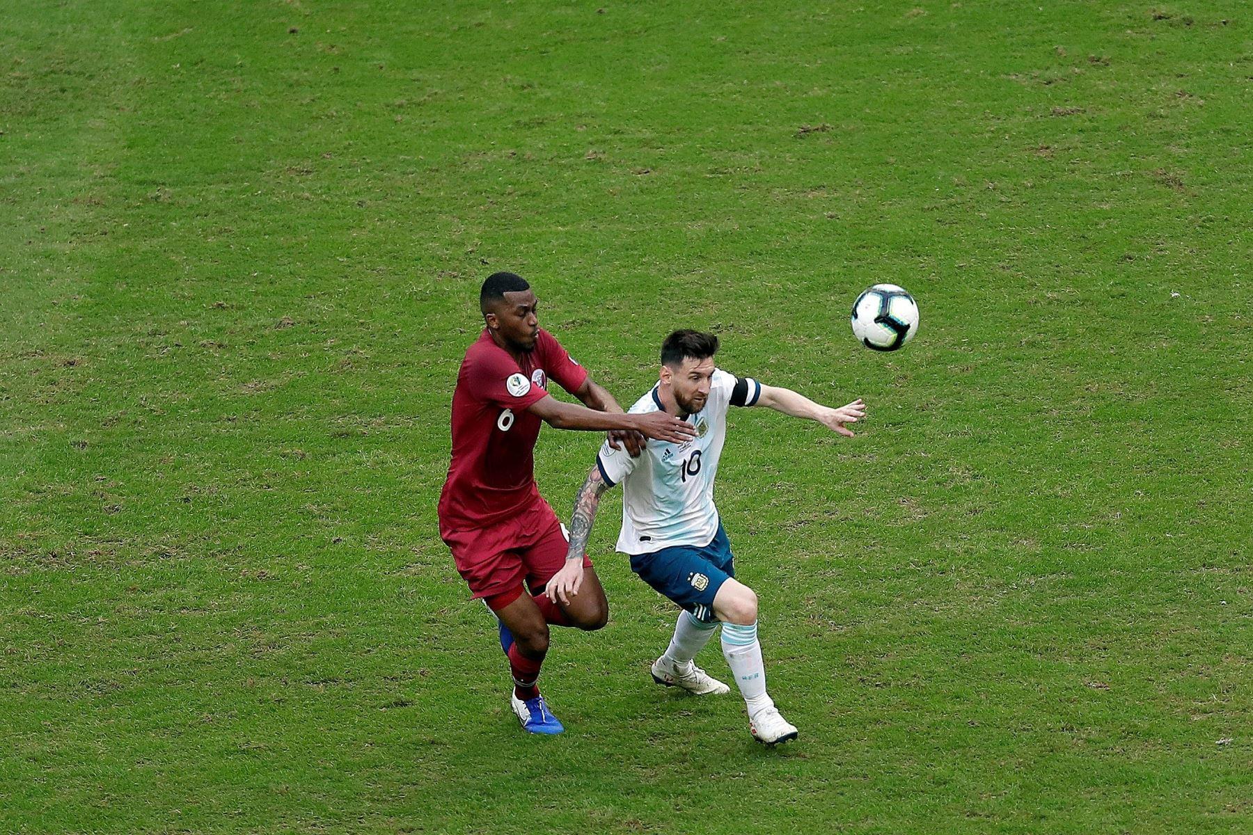 Leo Messi (d) de Argentina disputa un balón ante Abdelaziz Mohamed (i) de Catar este domingo, durante el partido del Grupo B de la Copa América de Fútbol 2019, entre Catar y Argentina. Foto: EFE