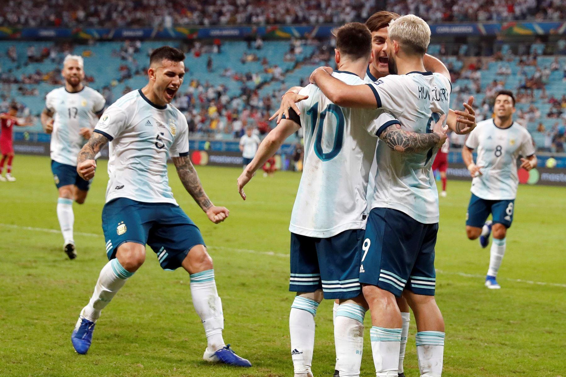 Kun Agüero (d) de Argentina celebra tras anotar un gol con sus compañeros este domingo, durante el partido del Grupo B de la Copa América de Fútbol 2019. Foto. EFE