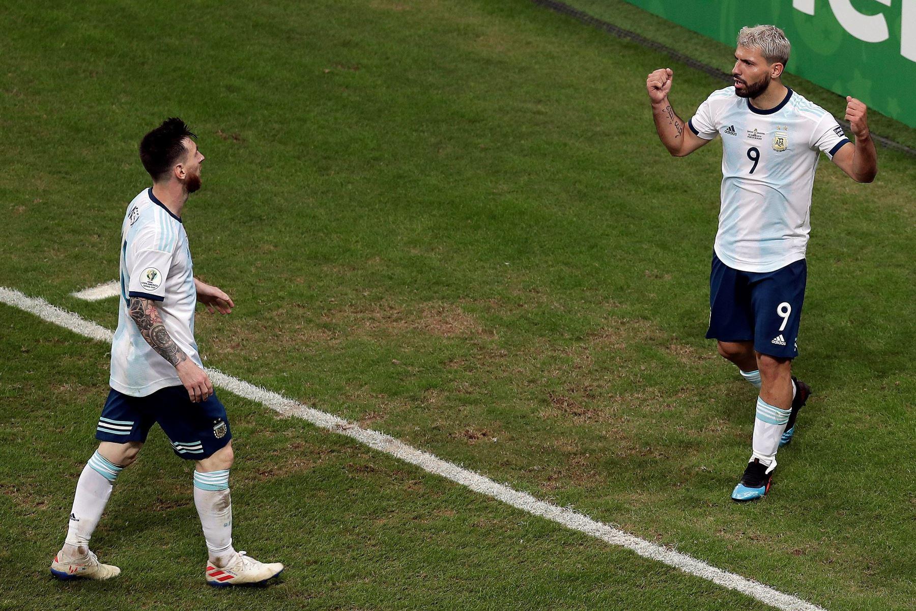 Kun Agüero (d) de Argentina celebra tras anotar un gol con su compañero Leo Messi este domingo, durante el partido del Grupo B de la Copa América de Fútbol 2019. Foto: EFE