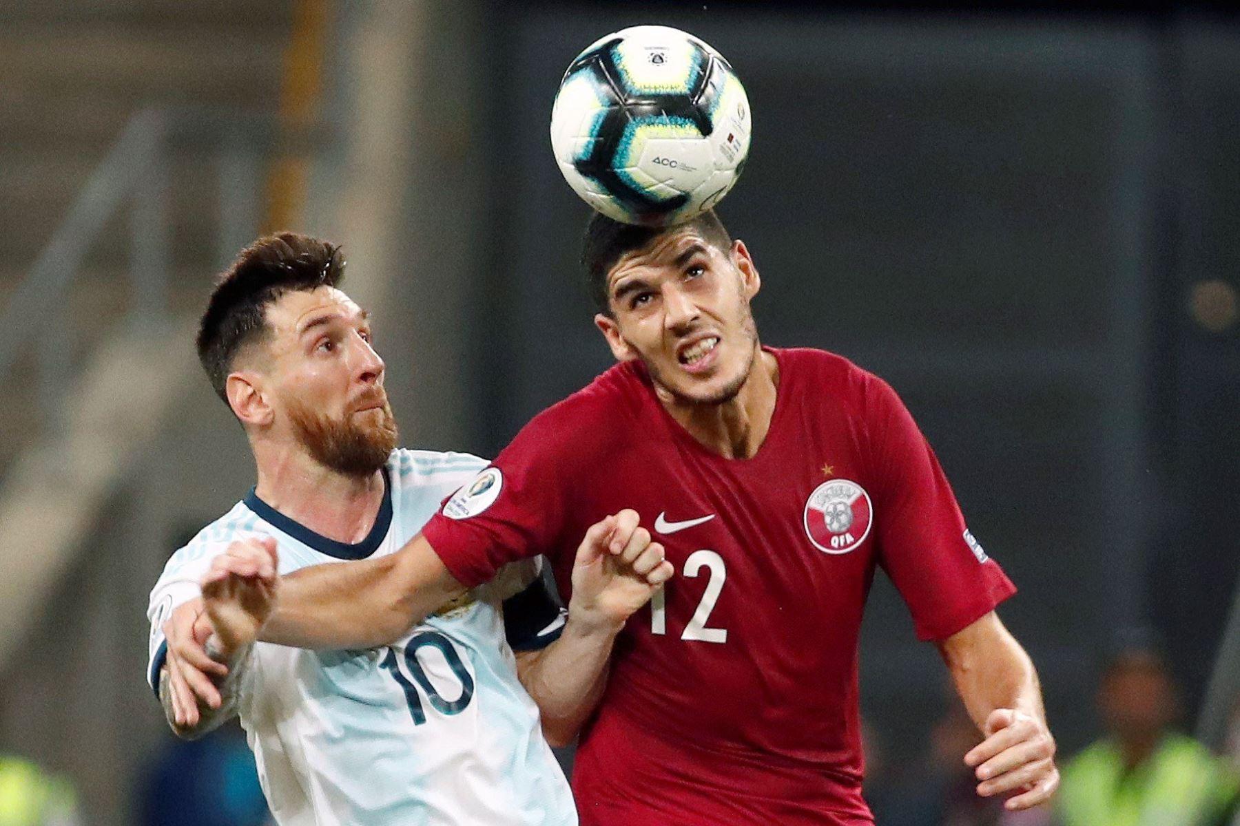 Leo Messi (i) de Argentina disputa un balón ante Karim Boudiaf (d) de Catar este domingo, durante el partido del Grupo B de la Copa América de Fútbol 2019. Foto: EFE