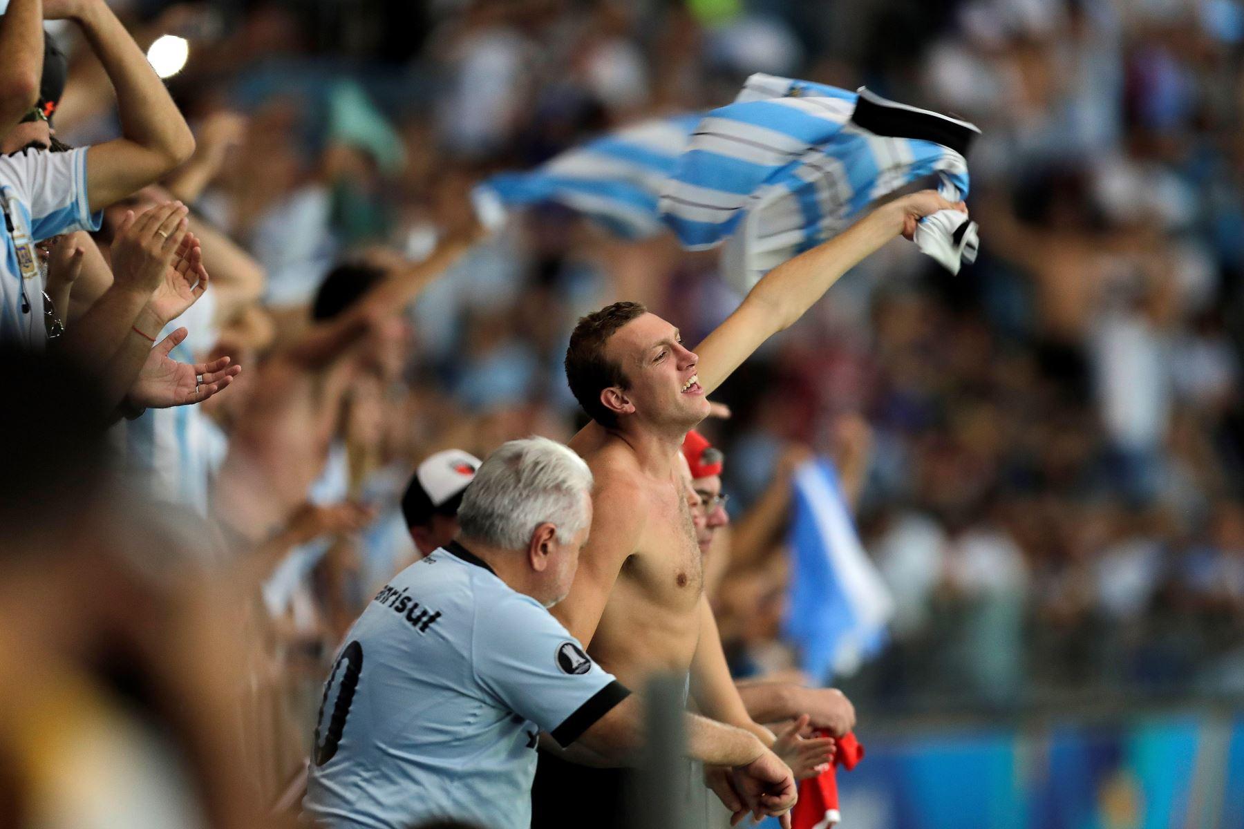 Aficionados de Argentina animan a su equipo este domingo, durante el partido del Grupo B de la Copa América de Fútbol 2019, entre Catar y Argentina. Foto: EFE