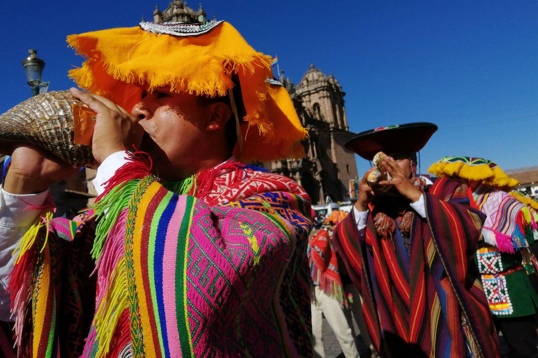 Cusqueños y cusqueñistas ataviados con trajes típicos saludan a la ciudad del Cusco por su mes jubilar en el Gran Desfile Cívico que se centra en la plaza mayor.  Foto: ANDINA/Percy Hurtado Santillán