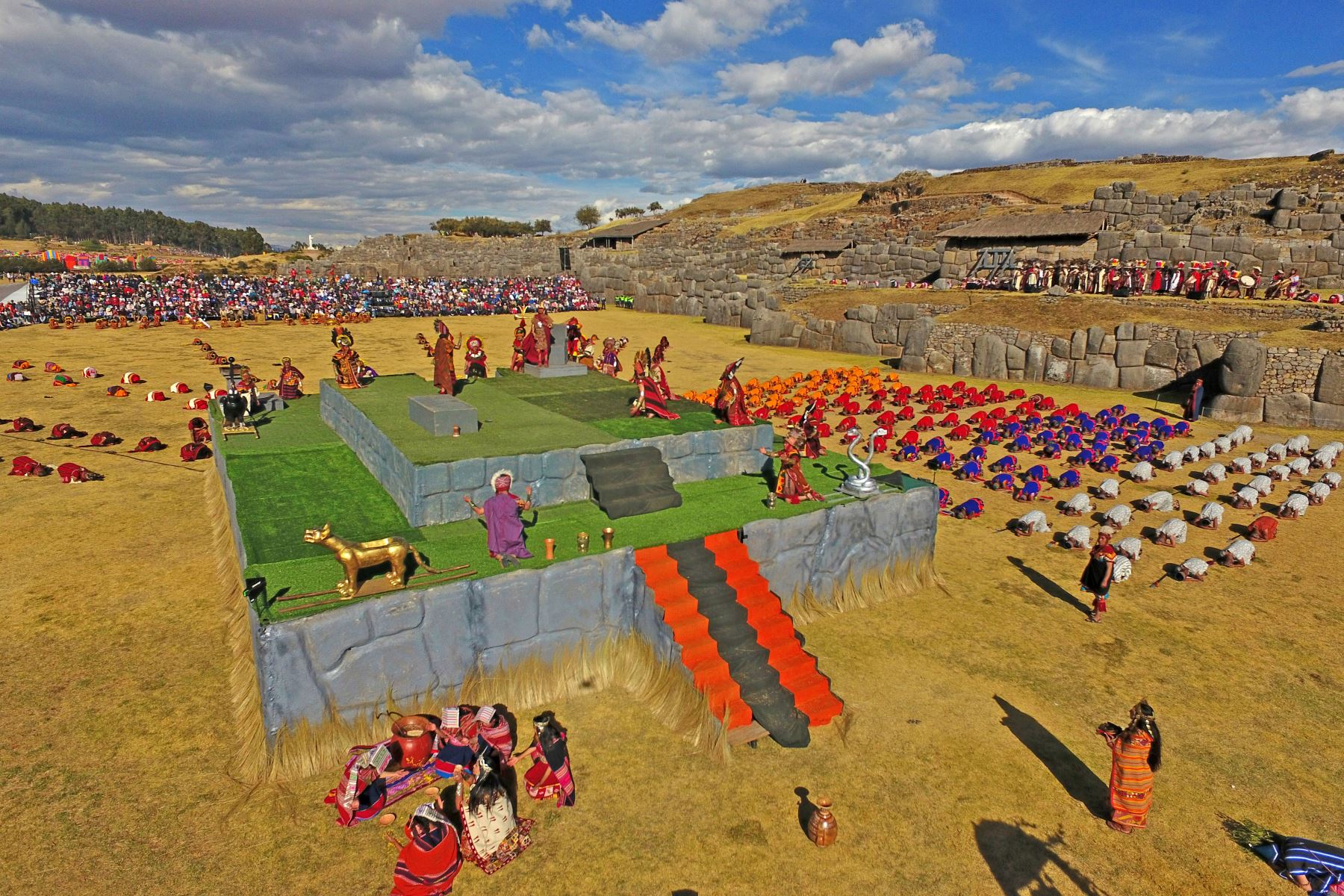 """Parque arqueológico Sacsayhuamán Sacsayhuamán se deriva de los términos quechuas """"saqsay"""" y """"waman"""", que traducidos al español significan """"sáciate halcón""""). Este impresionante centro arqueológico se encuentra a 3,555 metros sobre el nivel del mar, a un kilómetro del barrio inca de Qolqanpata.  Foto: ANDINA/EMUFEC"""