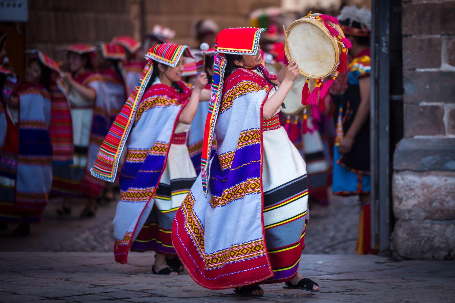 Cuenta la historia que la festividad del Inti Raymi fue instituida por el inca Pachacútec, en el siglo XV. Comenzó como una tradición religioso-cultural, que se celebraba cada solsticio de invierno (21 de junio) en honor al Sol, para que este no se alejara. Seis siglos después, se ha convertido en una ceremonia de interés turístico y cultural.Foto: ANDINA/EMUFEC