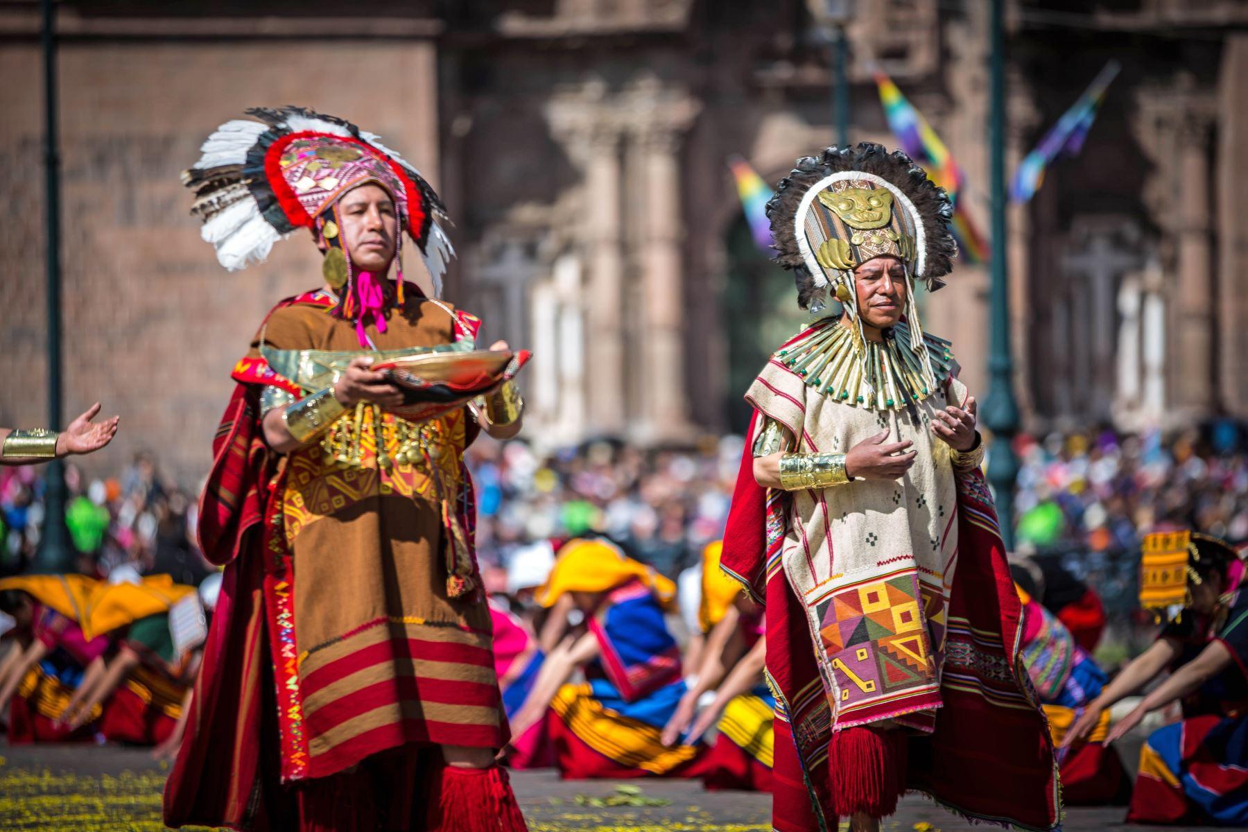 Cuenta la historia que la festividad del Inti Raymi fue instituida por el inca Pachacútec, en el siglo XV. Comenzó como una tradición religioso-cultural, que se celebraba cada solsticio de invierno (21 de junio) en honor al Sol, para que este no se alejara. Seis siglos después, se ha convertido en una ceremonia de interés turístico y cultural. Foto: ANDINA/EMUFEC