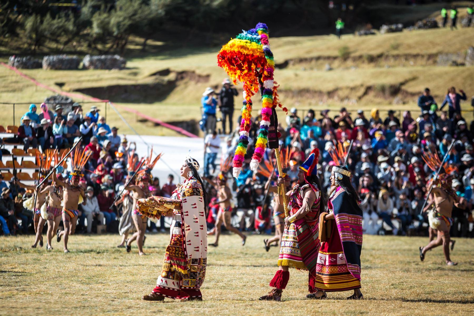 En la explanada se desarrolla la ceremonia central, que empieza con el emplazamiento ceremonial; le sigue la presentación del informe de los cuatro suyos o regiones (Collasuyo, Contisuyo, Antisuyo y Chinchaysuyo). Foto: ANDINA/EMUFEC