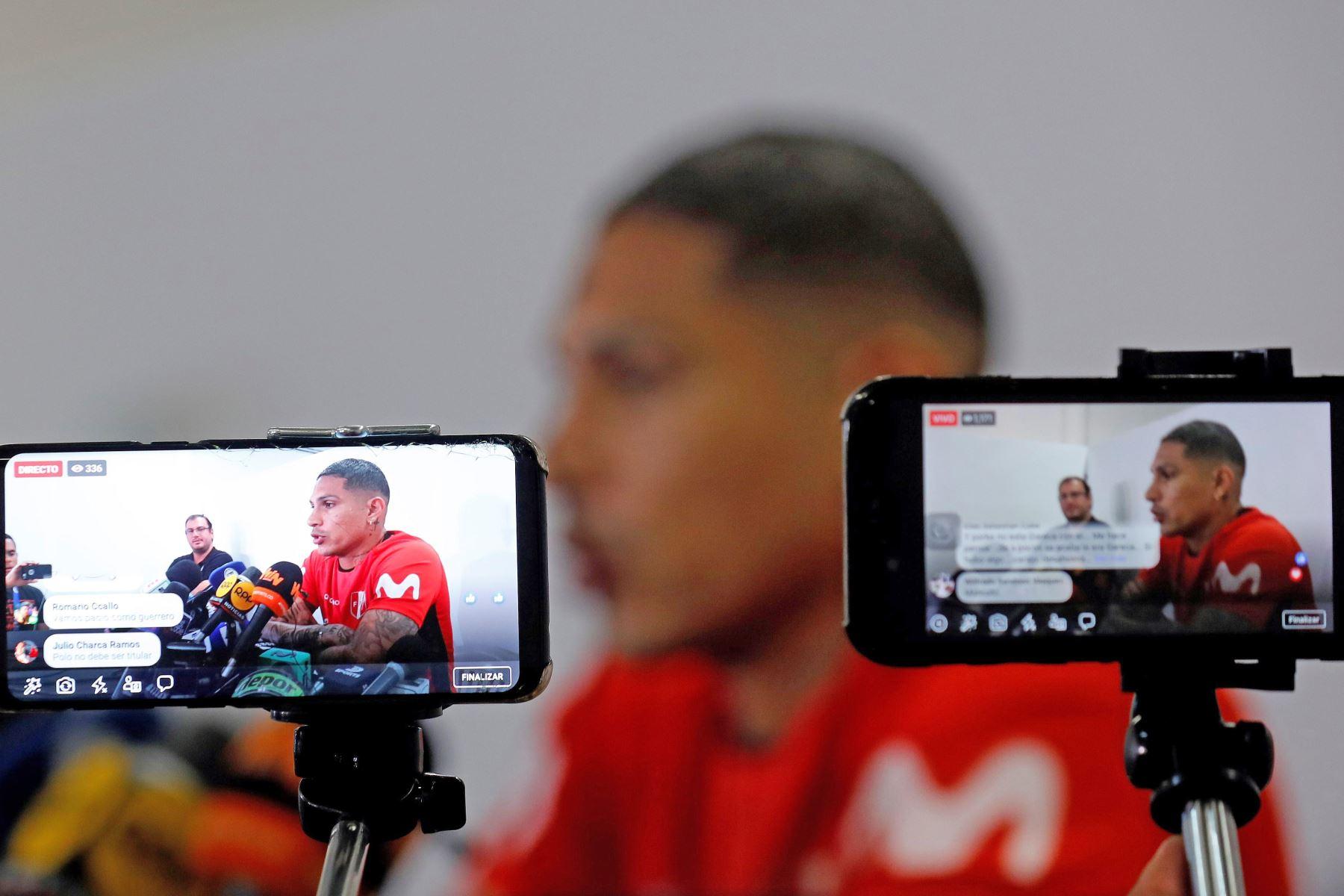 El jugador de la selección de Perú Paolo Guerrero participa en una conferencia de prensa posterior a un entrenamiento este lunes, en el estadio Pacaembú, en Sao Paulo (Brasil). Foto: EFE