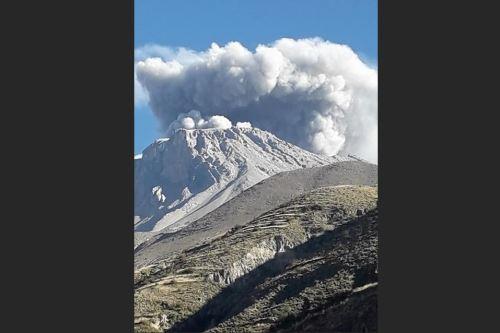 Desde las 2:00 hasta las 11:07 horas se registraron emisiones de gases y ceniza del volcán Ubinas. Foto: Cortesía